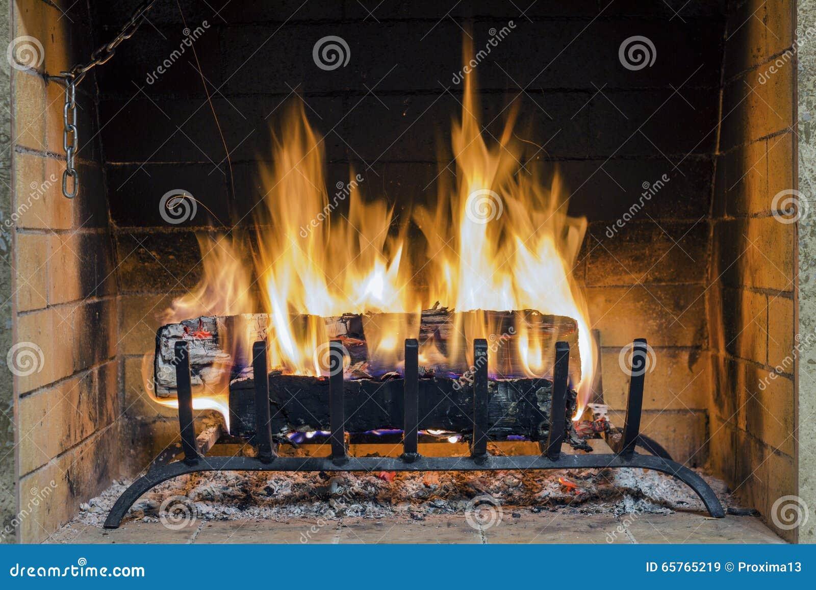 Le feu en chemin e plan rapproch de bois de chauffage br lant en feu photo s - Les plus belles cheminees ...