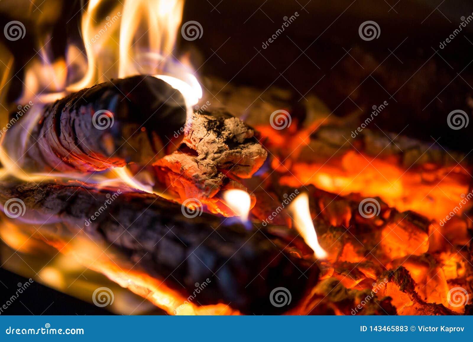 Le feu et les charbons se ferment dans le gril