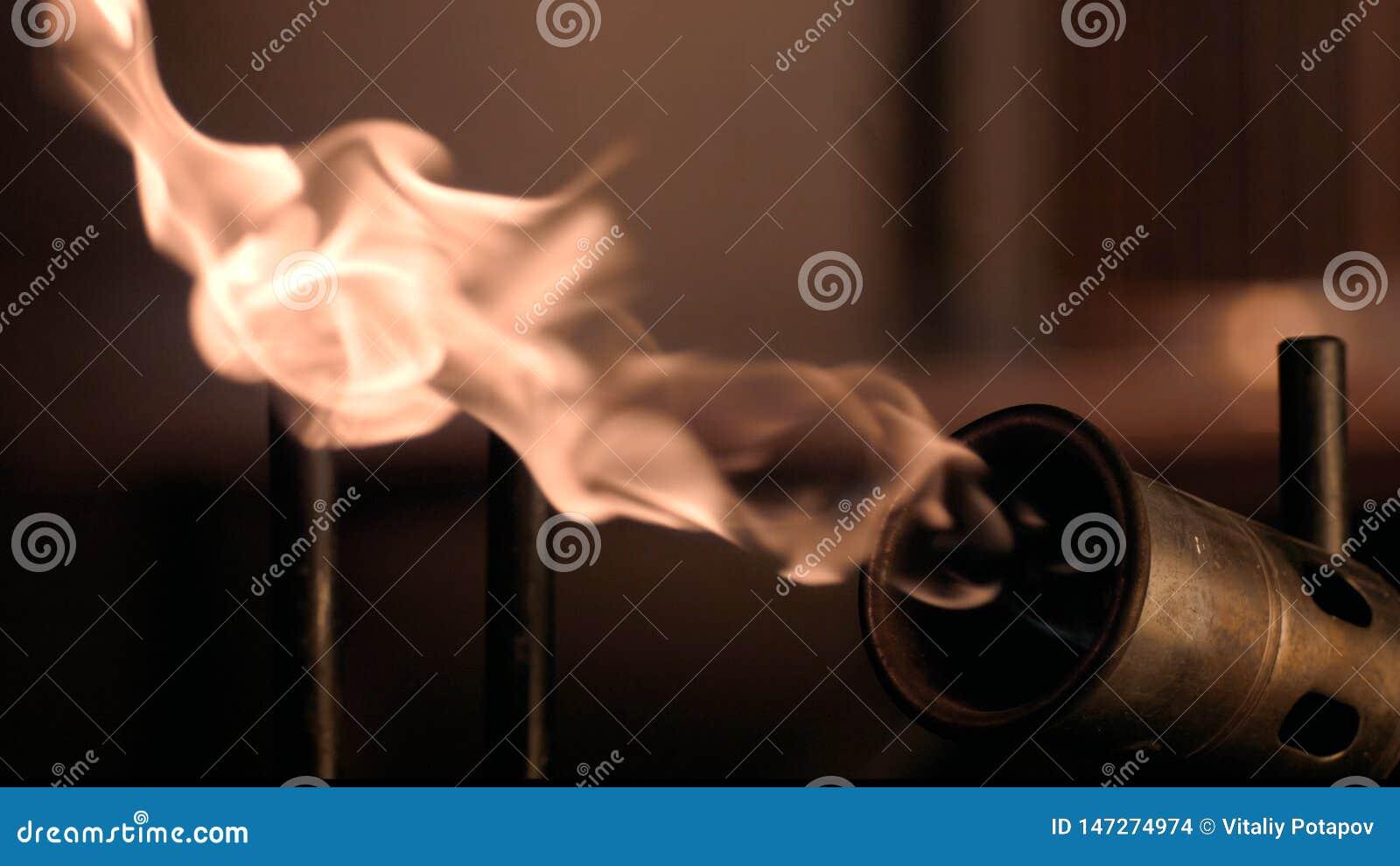 Le feu lent d un brûleur à gaz