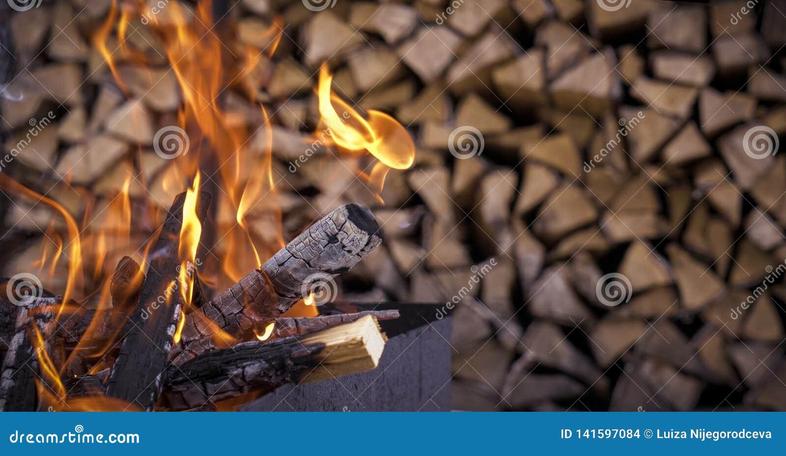 Le feu sur le fond du bois de chauffage