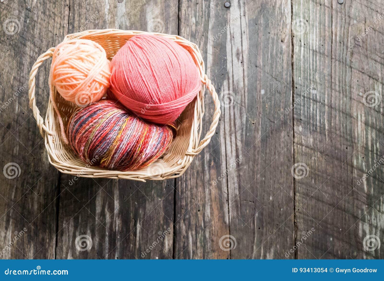Fil De Peche Rose le fil worven dedans le panier ; vieux fond en bois de