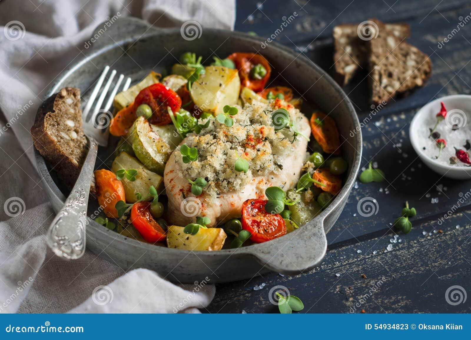 Le filet de poulet a fait cuire au four avec des l gumes dans un scourage de vintage photo stock - Filet de poulet au four ...