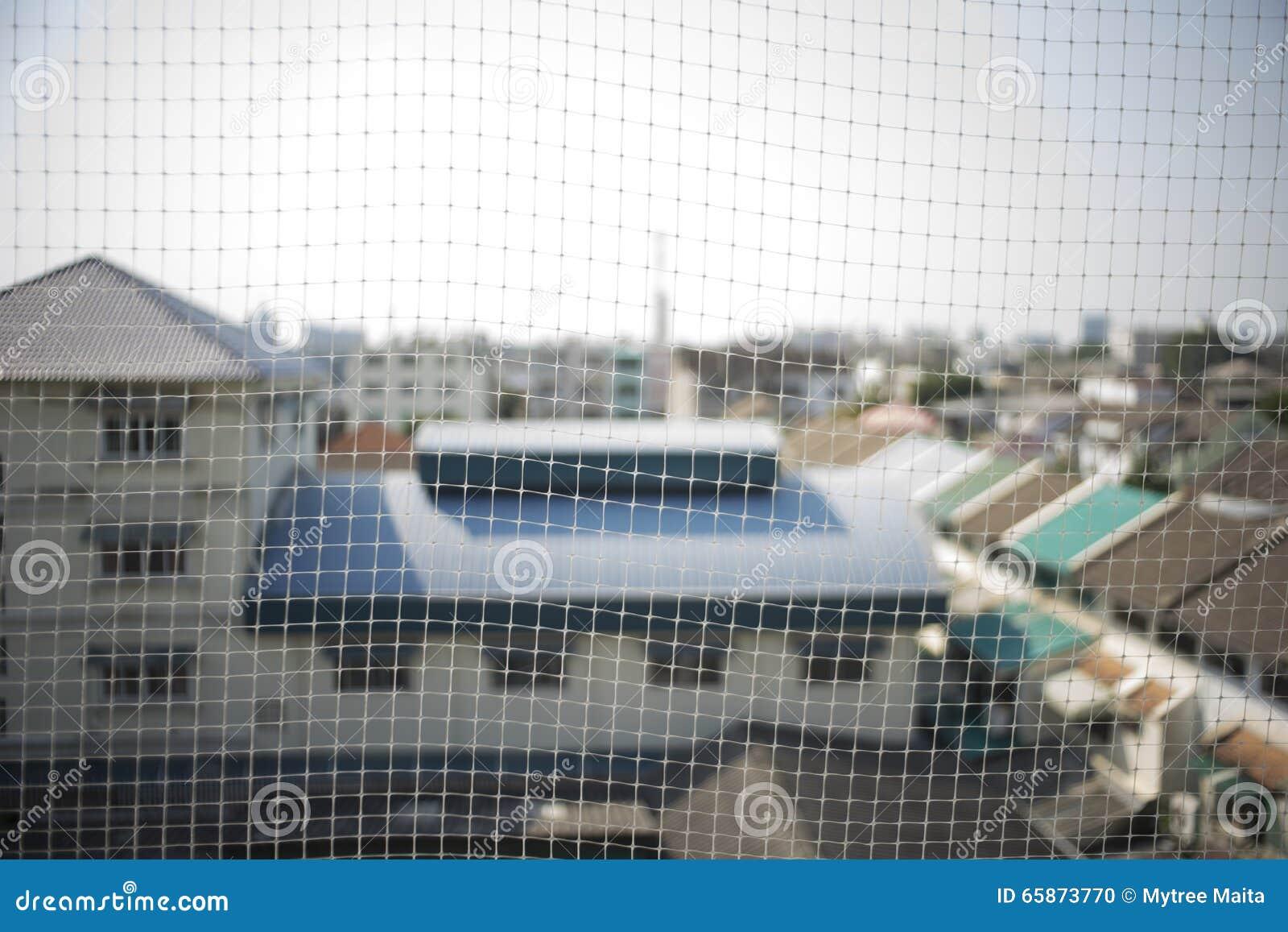 Le filet qui emp chent l 39 oiseau pour vivre au balcon du for Balcony covering nets