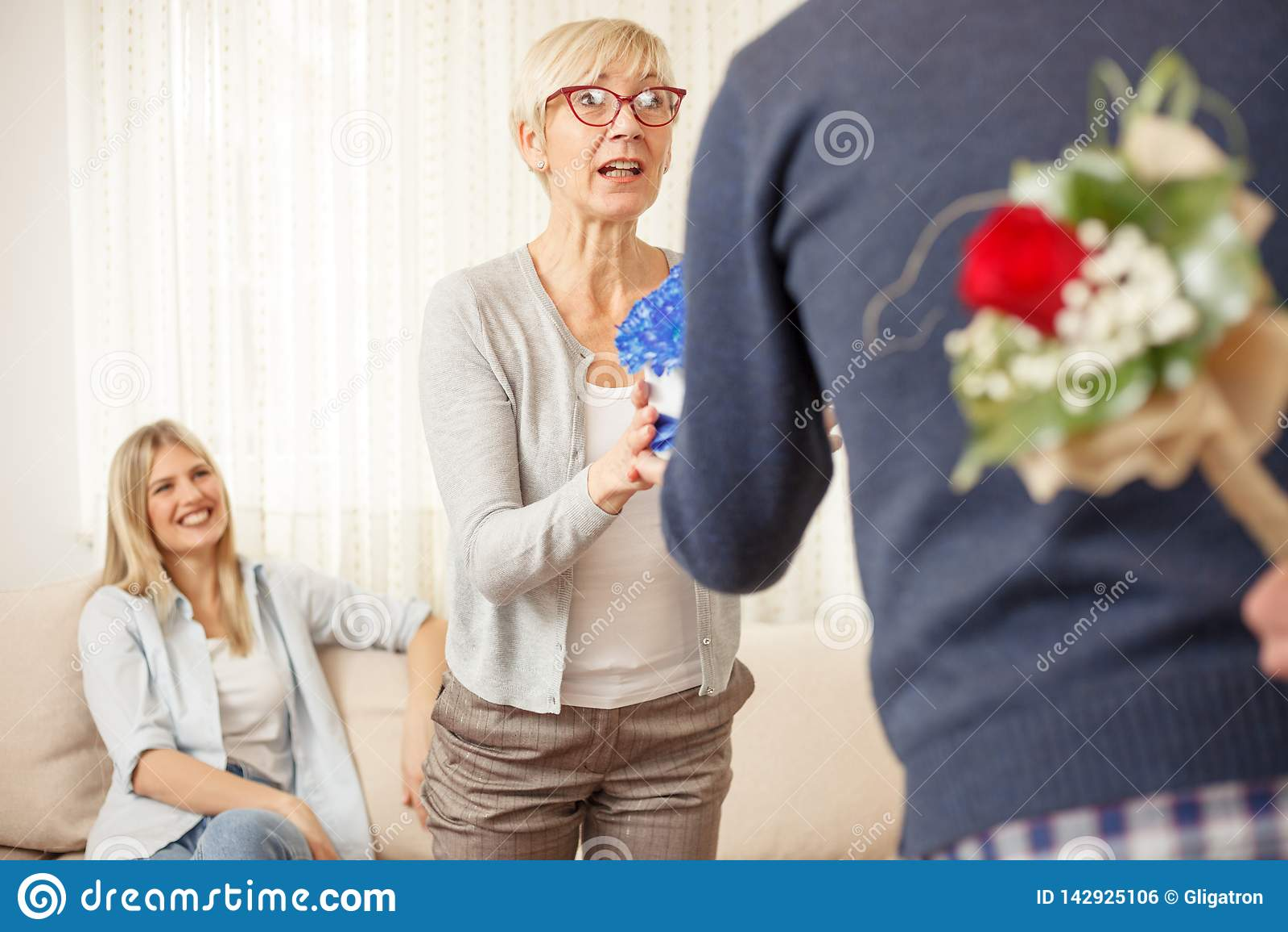 Le fils étonne sa mère et soeur avec des cadeaux