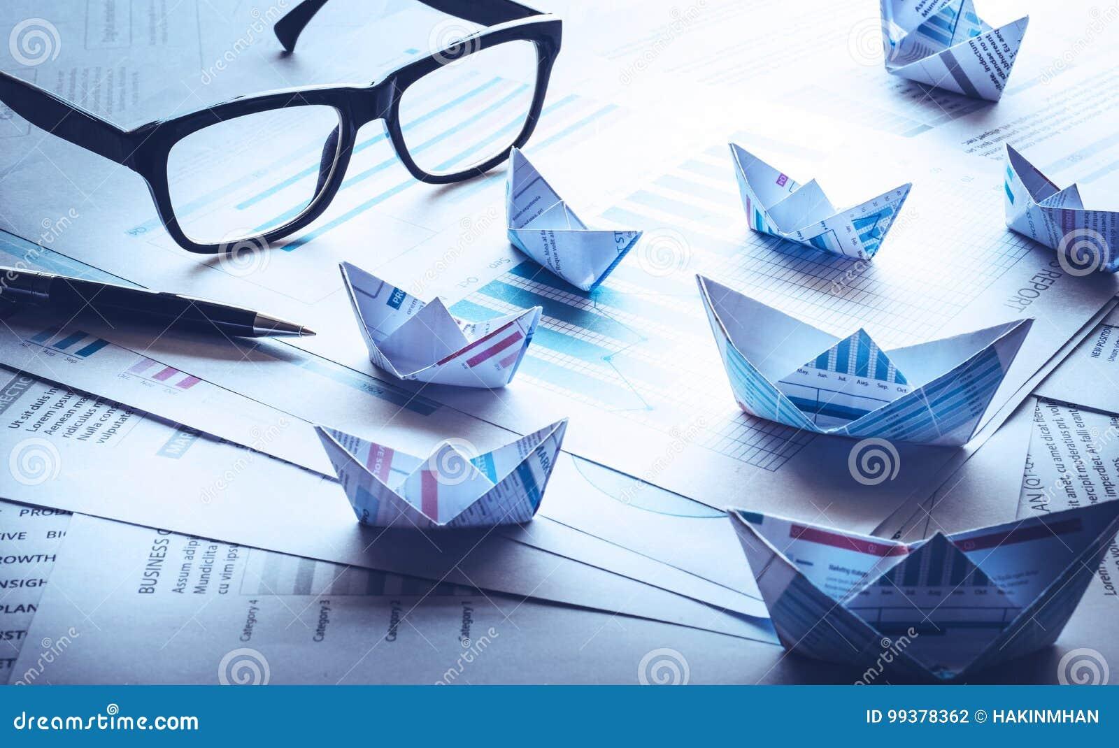 Le filtre bleu effectue des images des verres et du stylo avec le groupe du bateau
