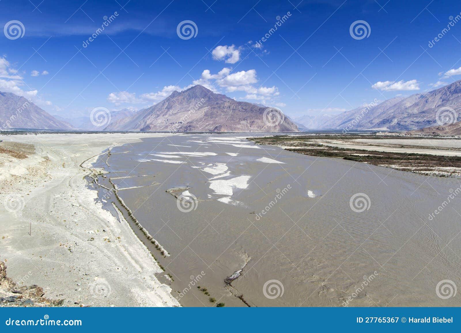 Le fleuve Shyoka dans les montagnes de Ladakh