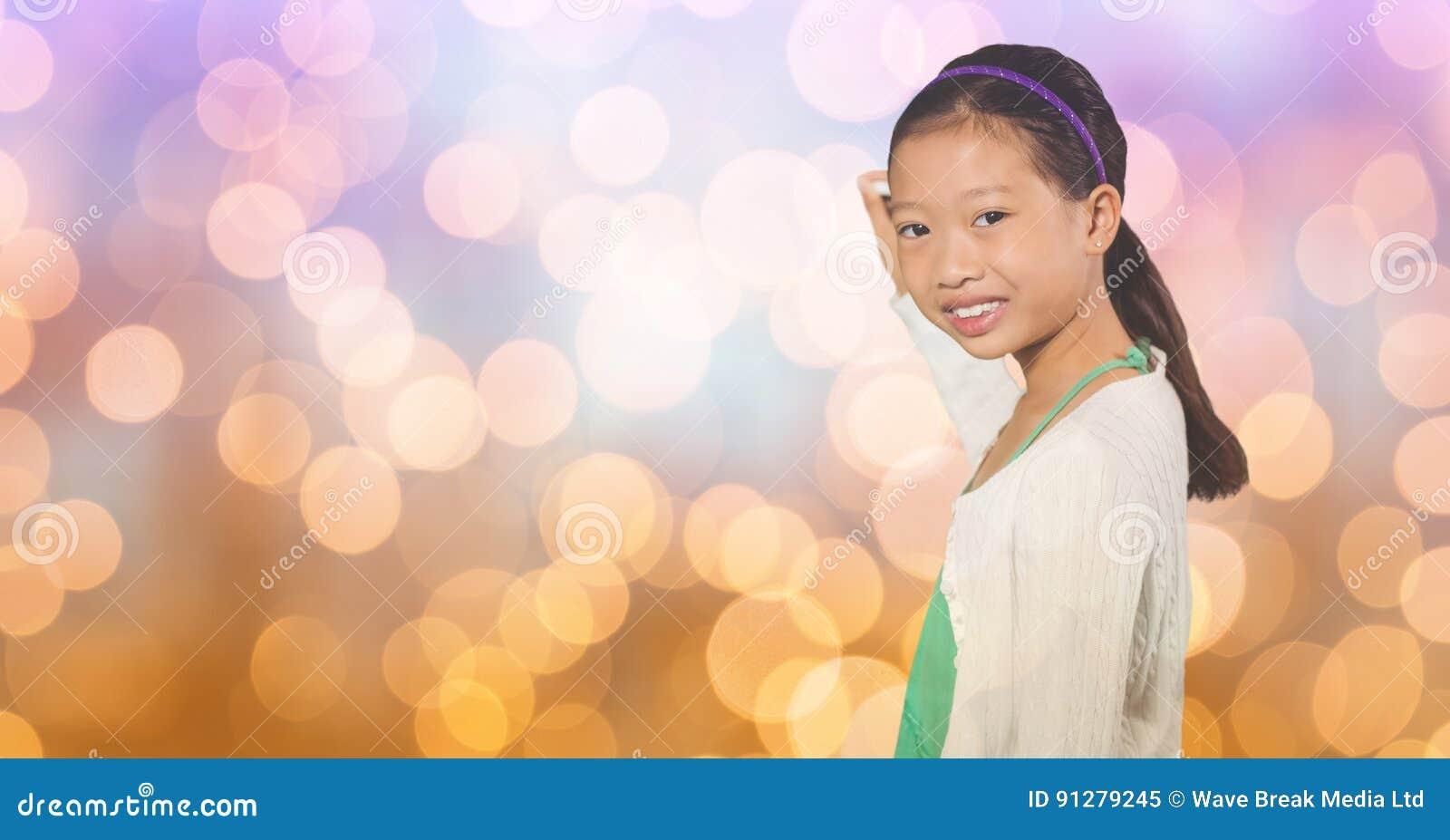 Le flickahandstil på suddig bakgrund