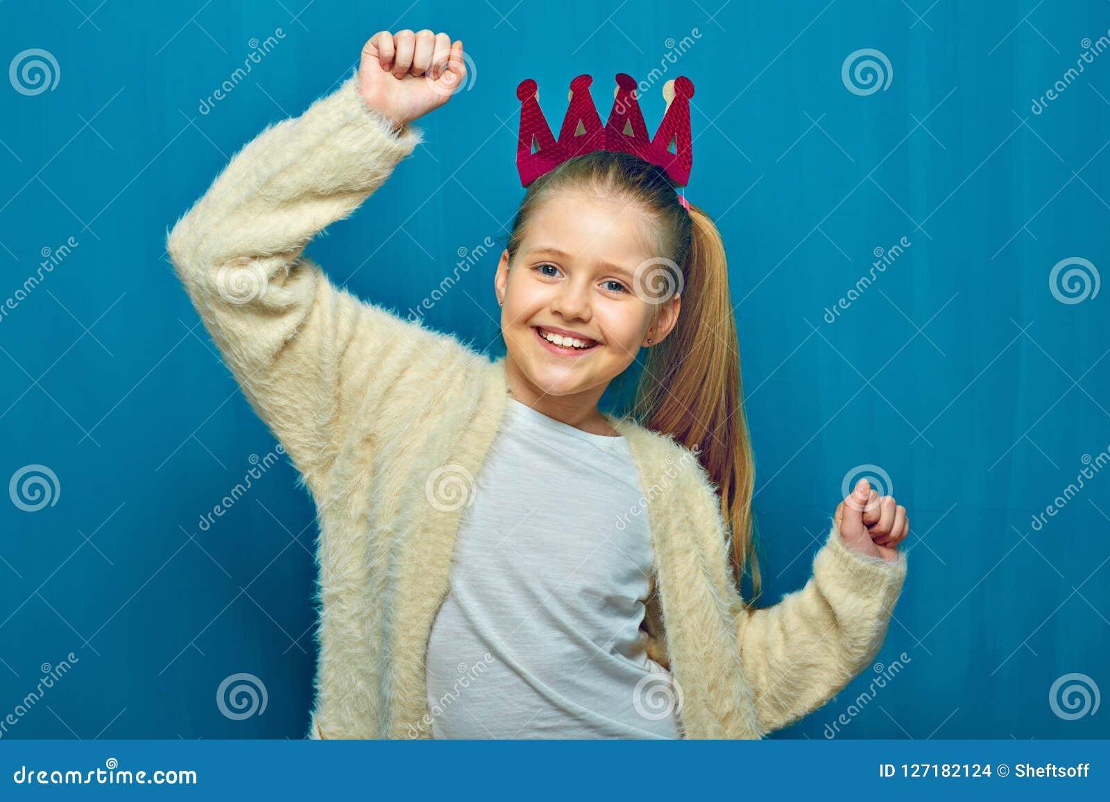 Le flickan med att lyfta upp handen blå stående