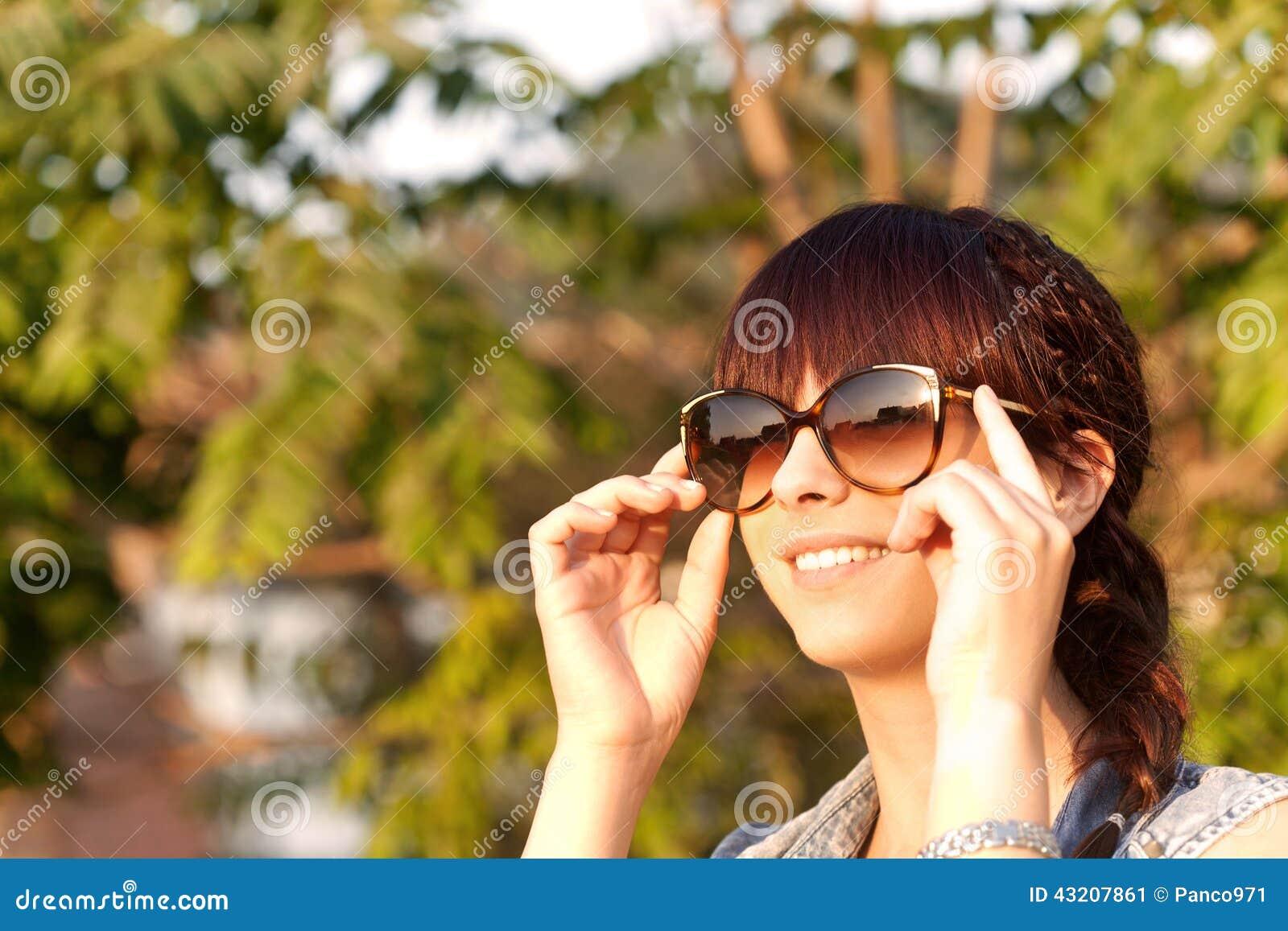 Download Le Flickan Som Tycker Om Naturen Fotografering för Bildbyråer - Bild av tillfredsställelse, gladlynt: 43207861