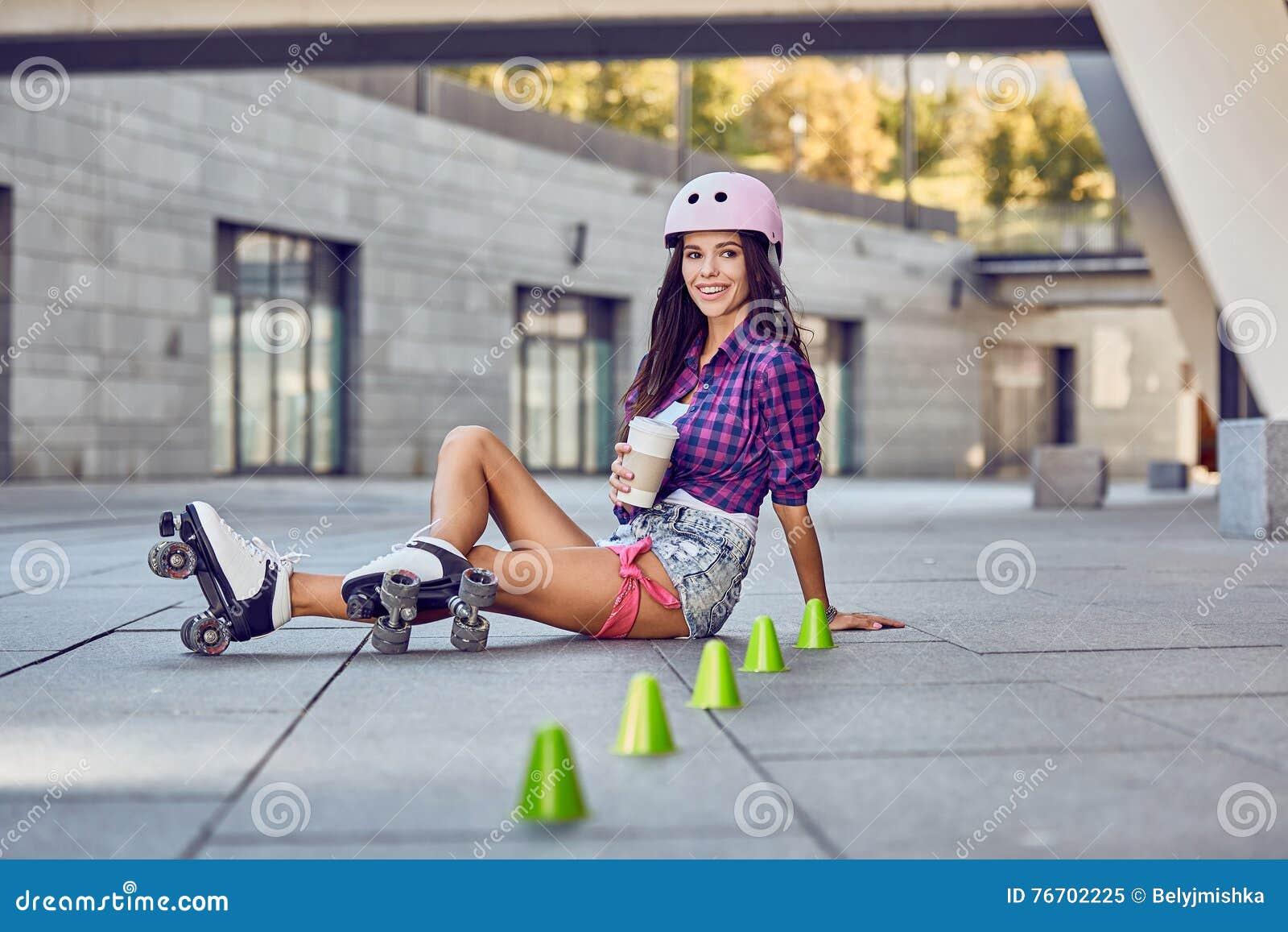 Le flickasammanträde på golv- och drinkkaffet