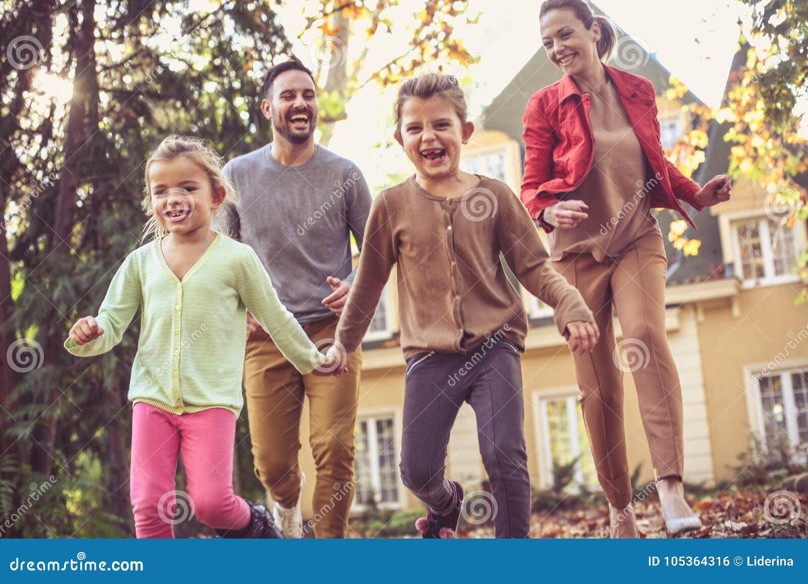Le foglie correnti di caduta della depressione è divertimento per tutta la famiglia