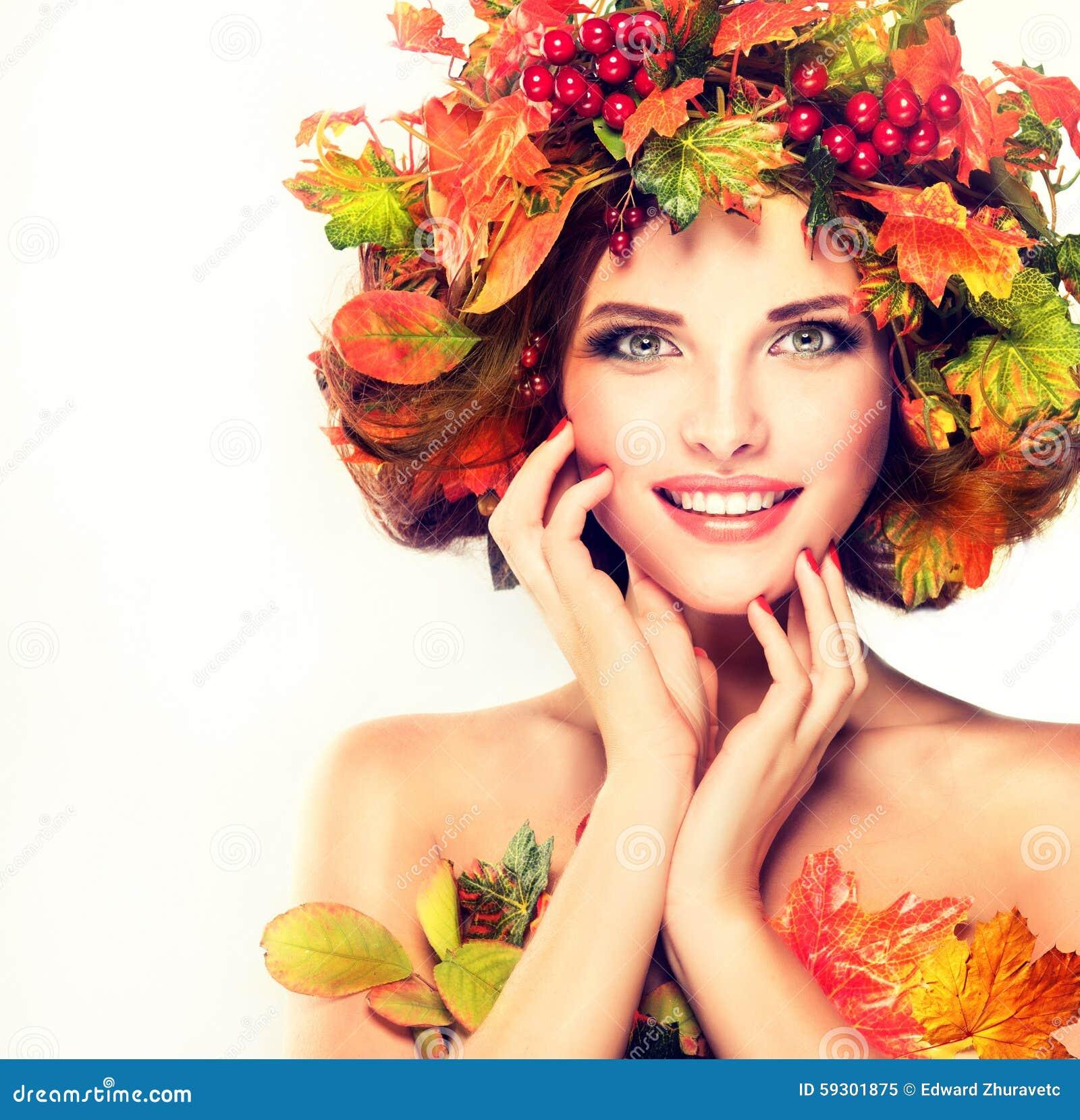 Le foglie di autunno rosse e gialle sulla ragazza si dirigono