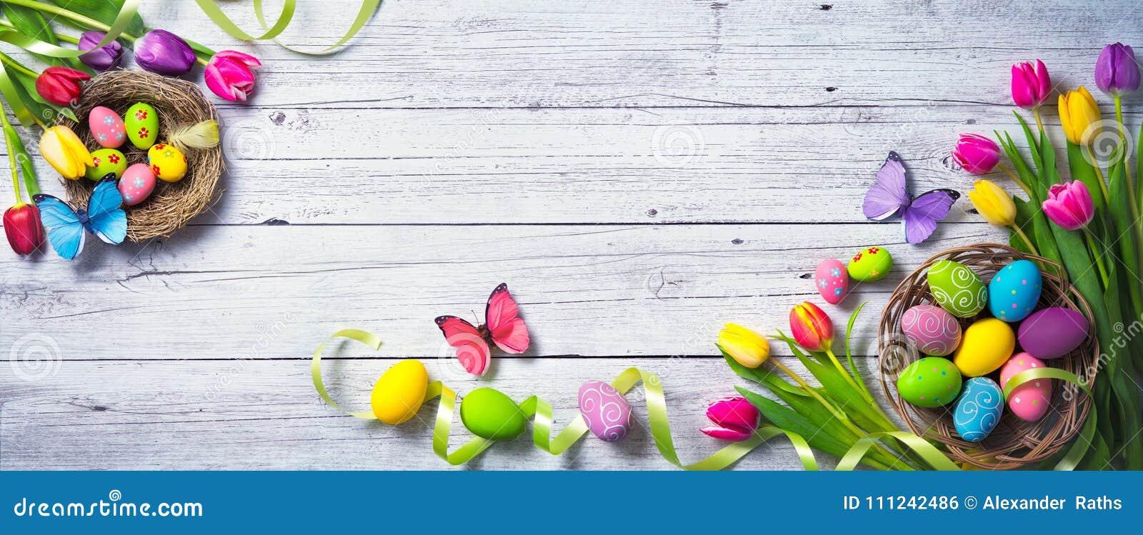 Le fond a coloré le vecteur rouge de tulipe de format des oeufs de pâques eps8 Tulipes colorées de ressort avec des papillons et