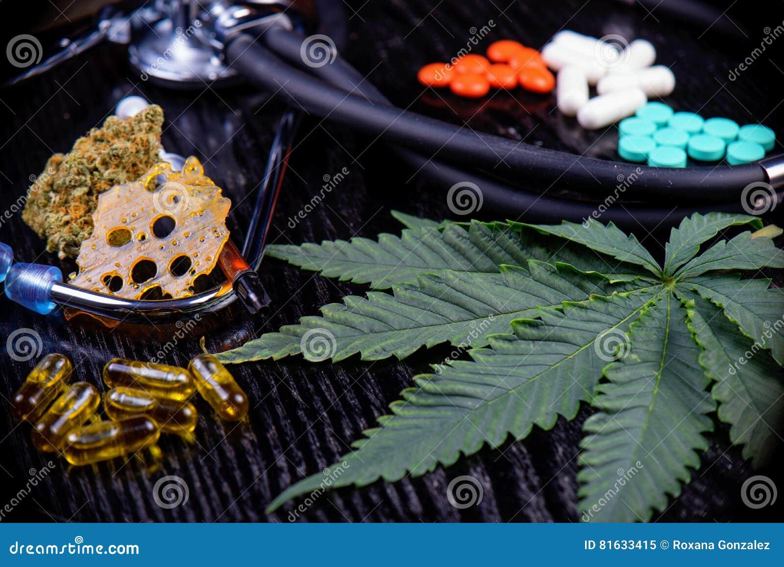 Le fond de produits médical de marijuana avec la feuille, éclat, bourgeonnent