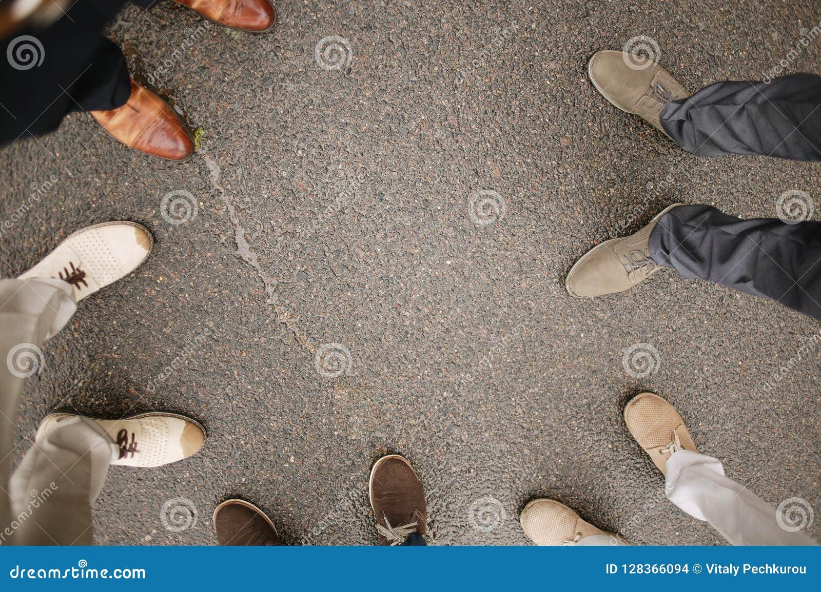 Le fond des étudiants se tiennent dans des garçons de cercle porte l uniforme scolaire