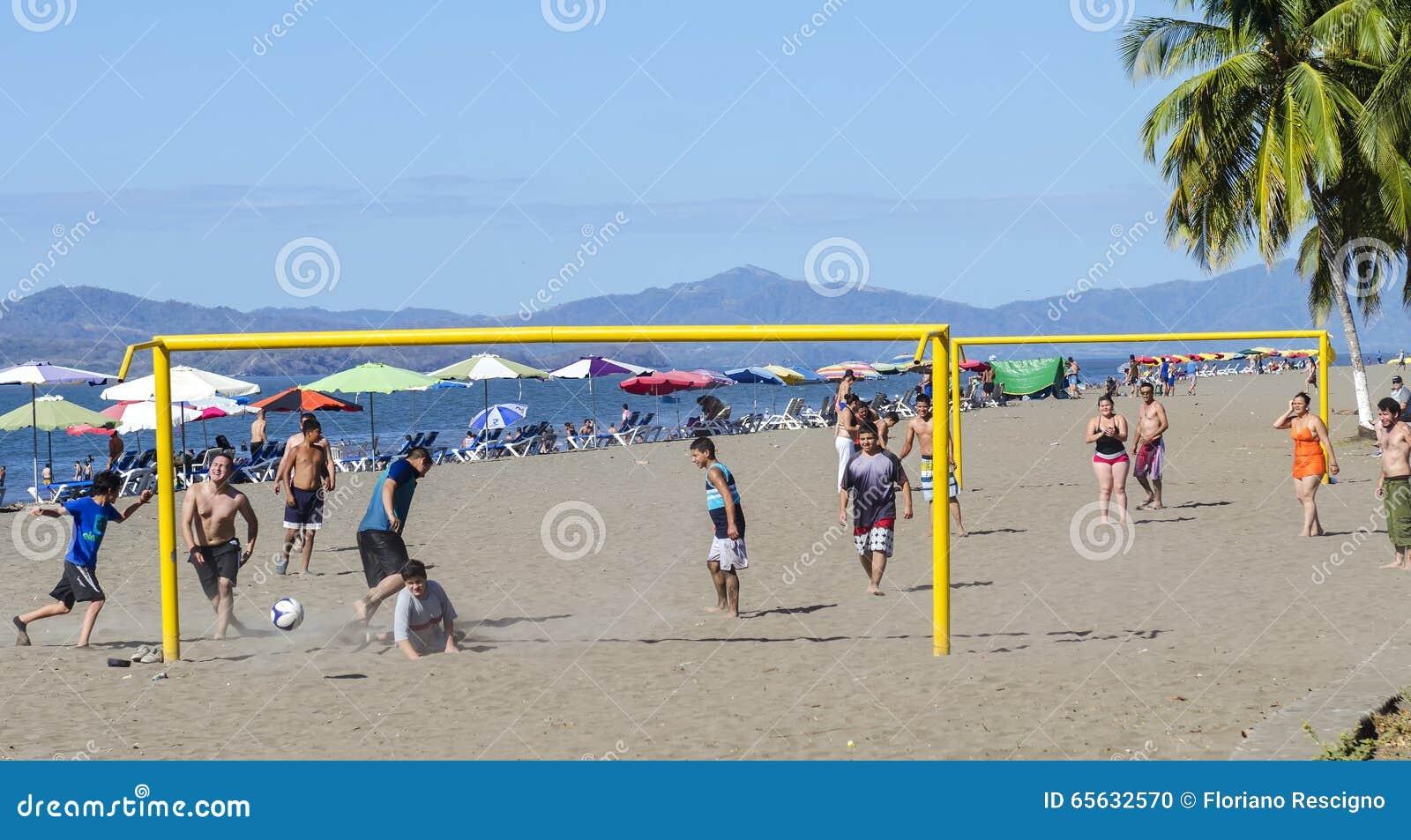 Le football de jeu sur la plage dans Puntarenas Costa Rica