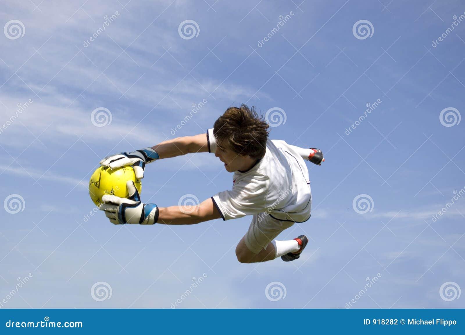 Le football - garde de but du football effectuant sauf