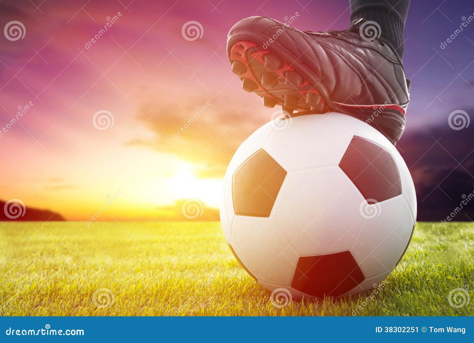 Le football ou ballon de football au début d un jeu avec le coucher du soleil