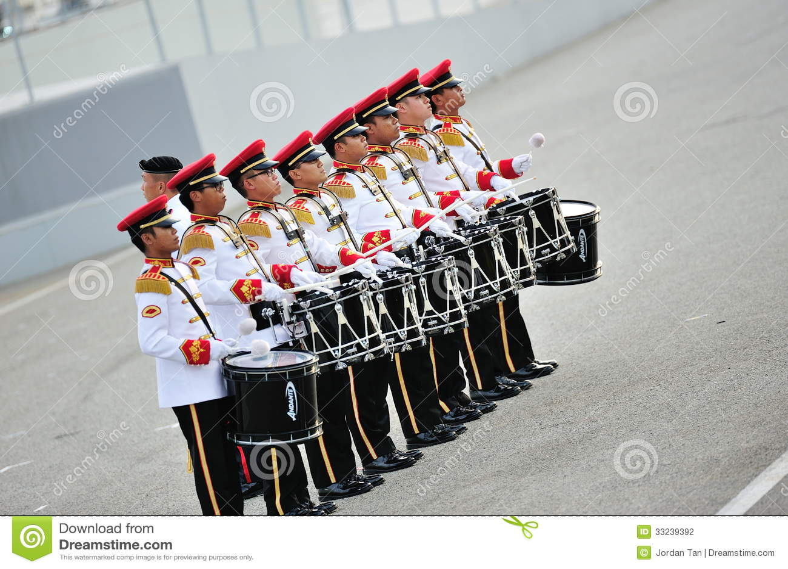 Le forze armate di Singapore (FAS) legano i batteristi che eseguono durante la ripetizione 2013 di parata di festa nazionale (NDP)