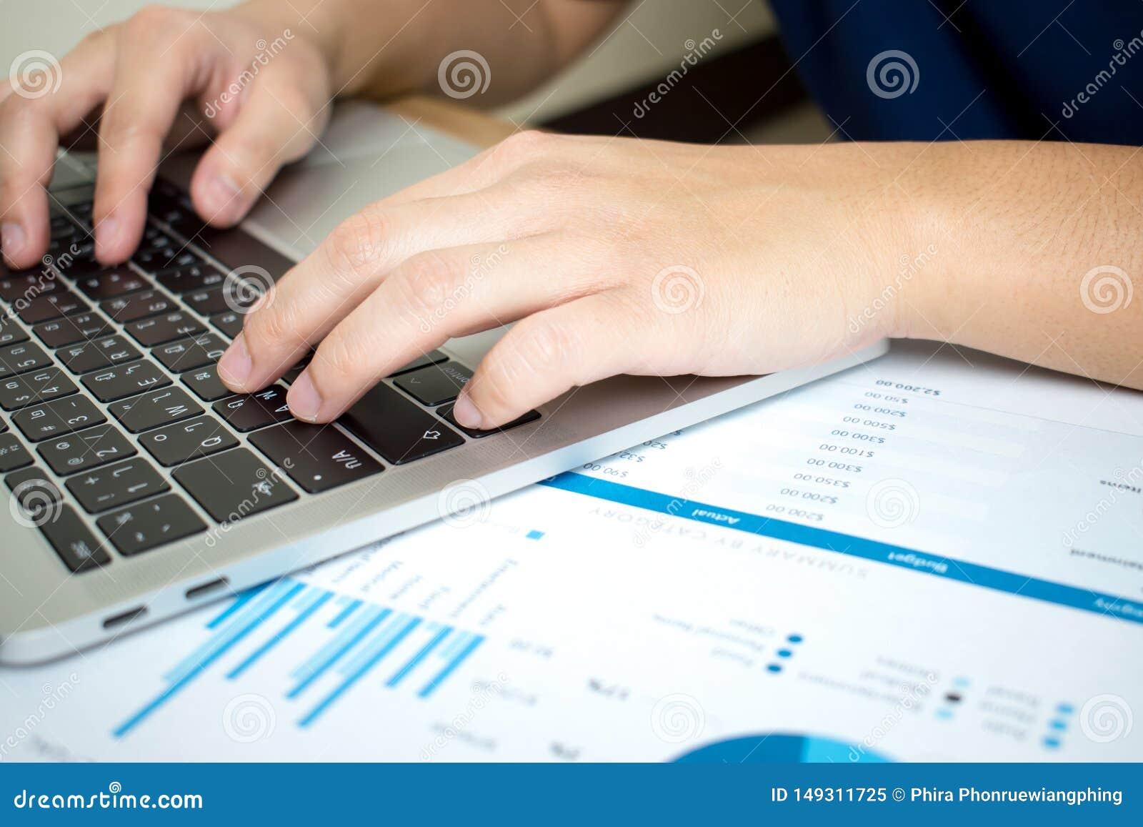 Le foto del primo piano degli uomini d affari stanno analizzando seriamente i grafici in carta finanziaria Concetto di affari