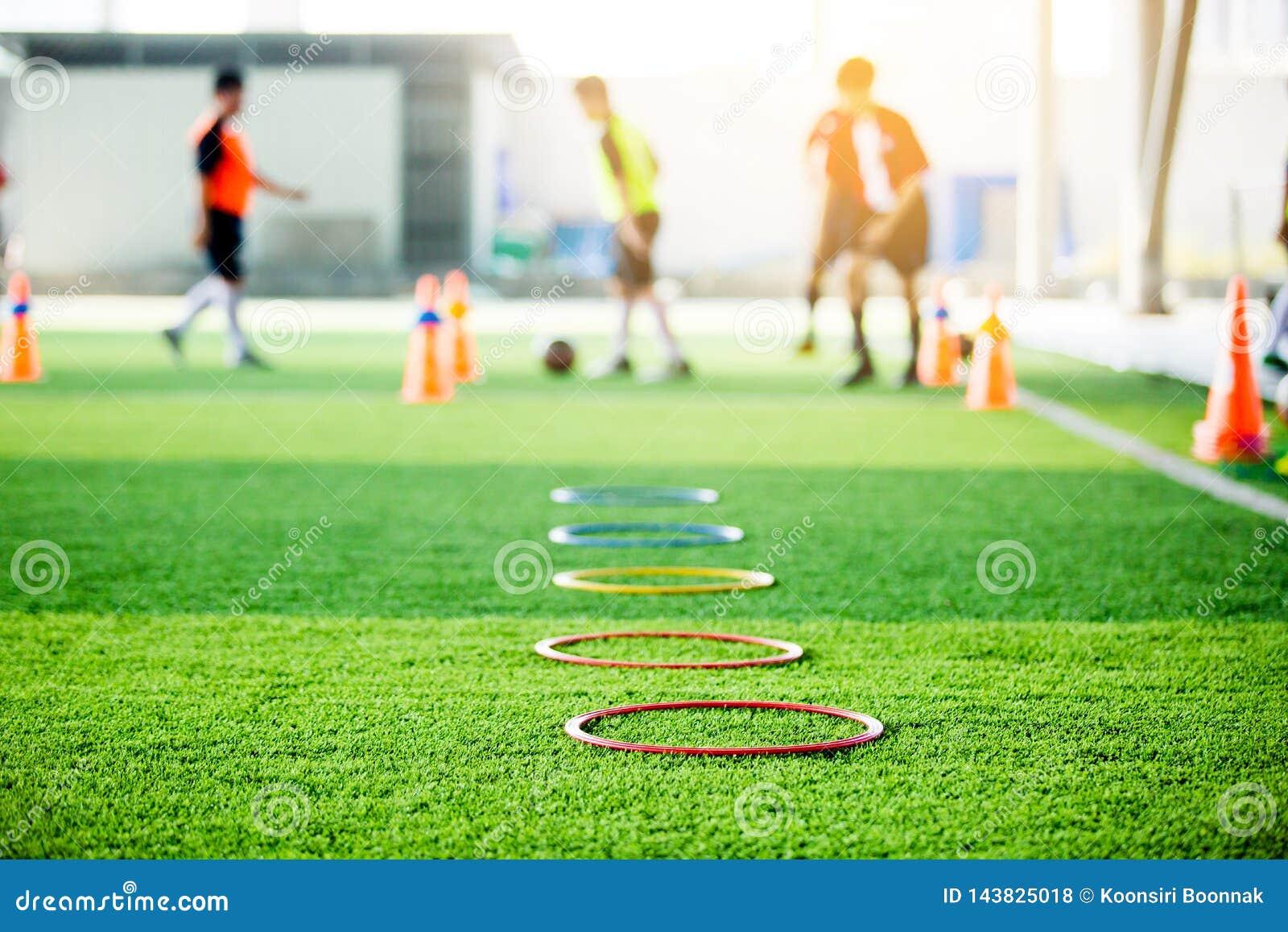 Le foyer sélectif pour sonner le marqueur d échelle et le cône sont matériel de formation du football sur le gazon artificiel ver