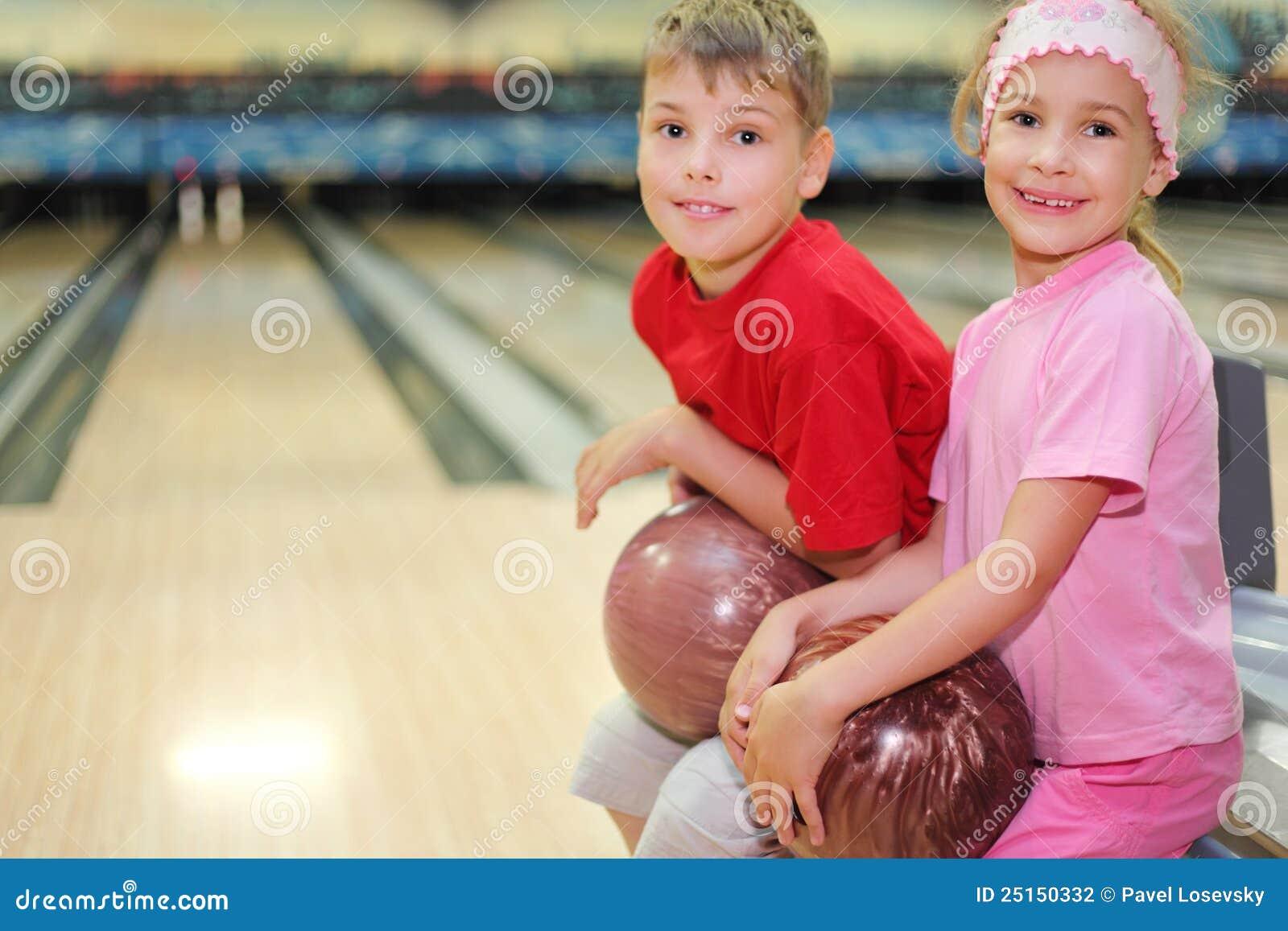 Le frère et la soeur s asseyent dans le club de bowling