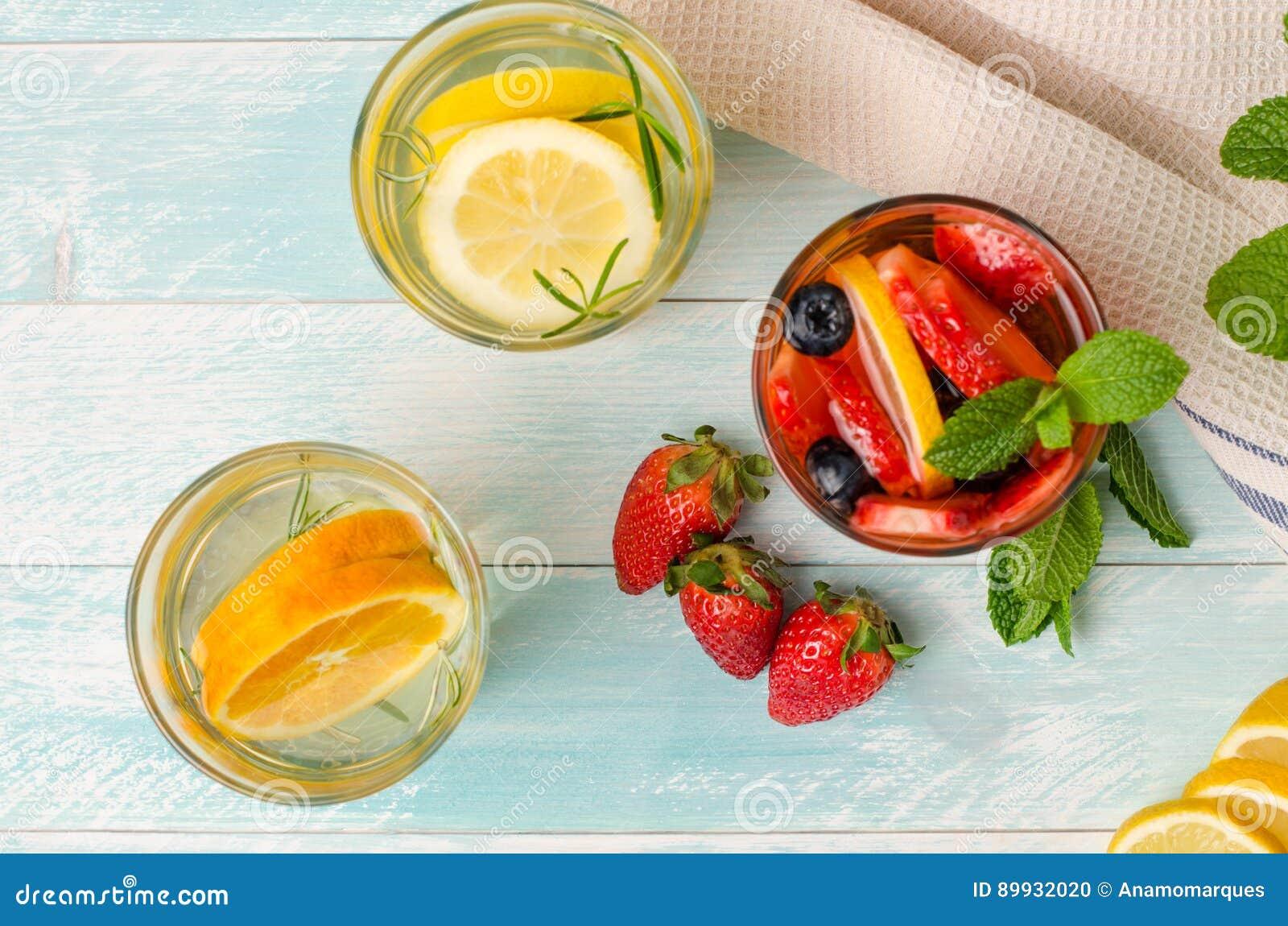 Le fruit de Detox a infusé l eau assaisonnée