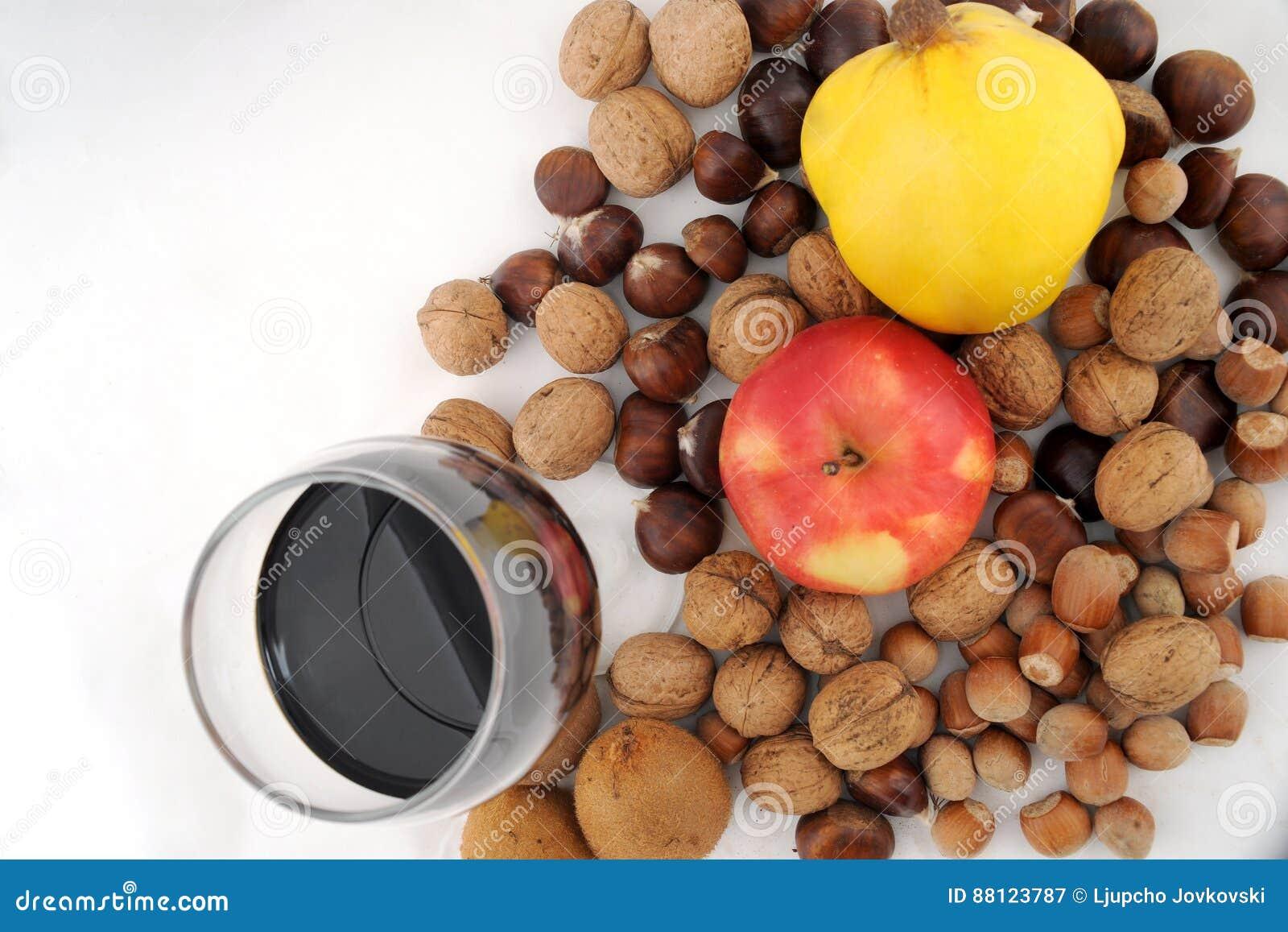 Le fruit frais a combiné avec les écrous et le verre de vin