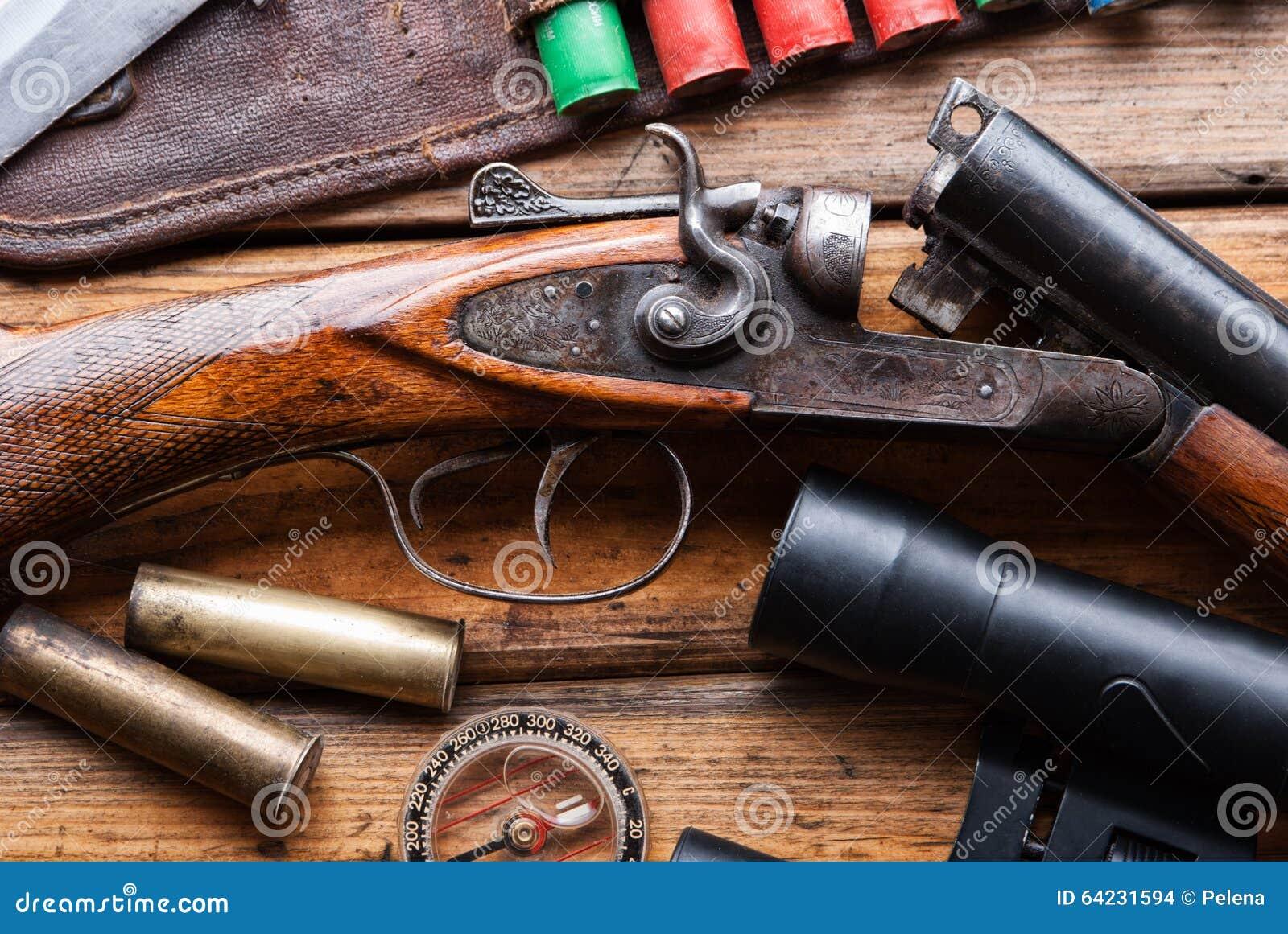 875b6c8a6538 Le Fusil De Chasse Ceinture De Cartouche Jumelles Sur Une Table En
