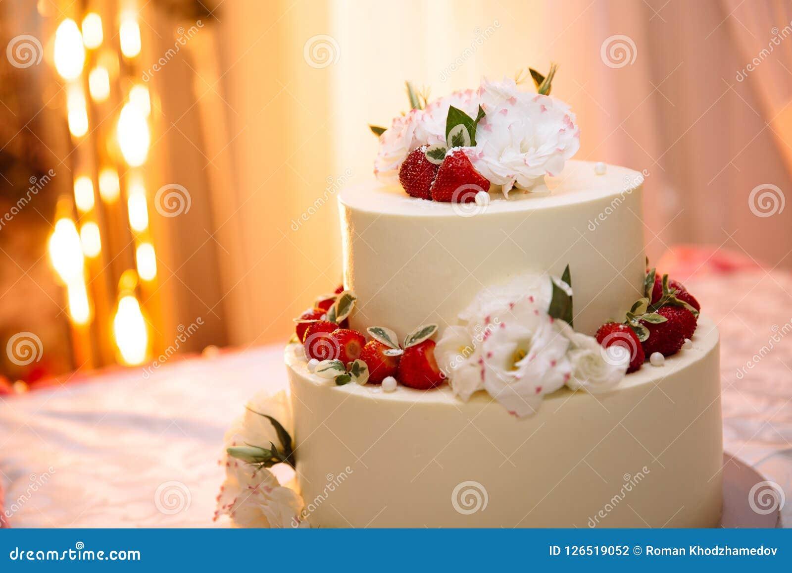Le Gateau Creme Blanc A Trois Etages De Mariage Est Sur La