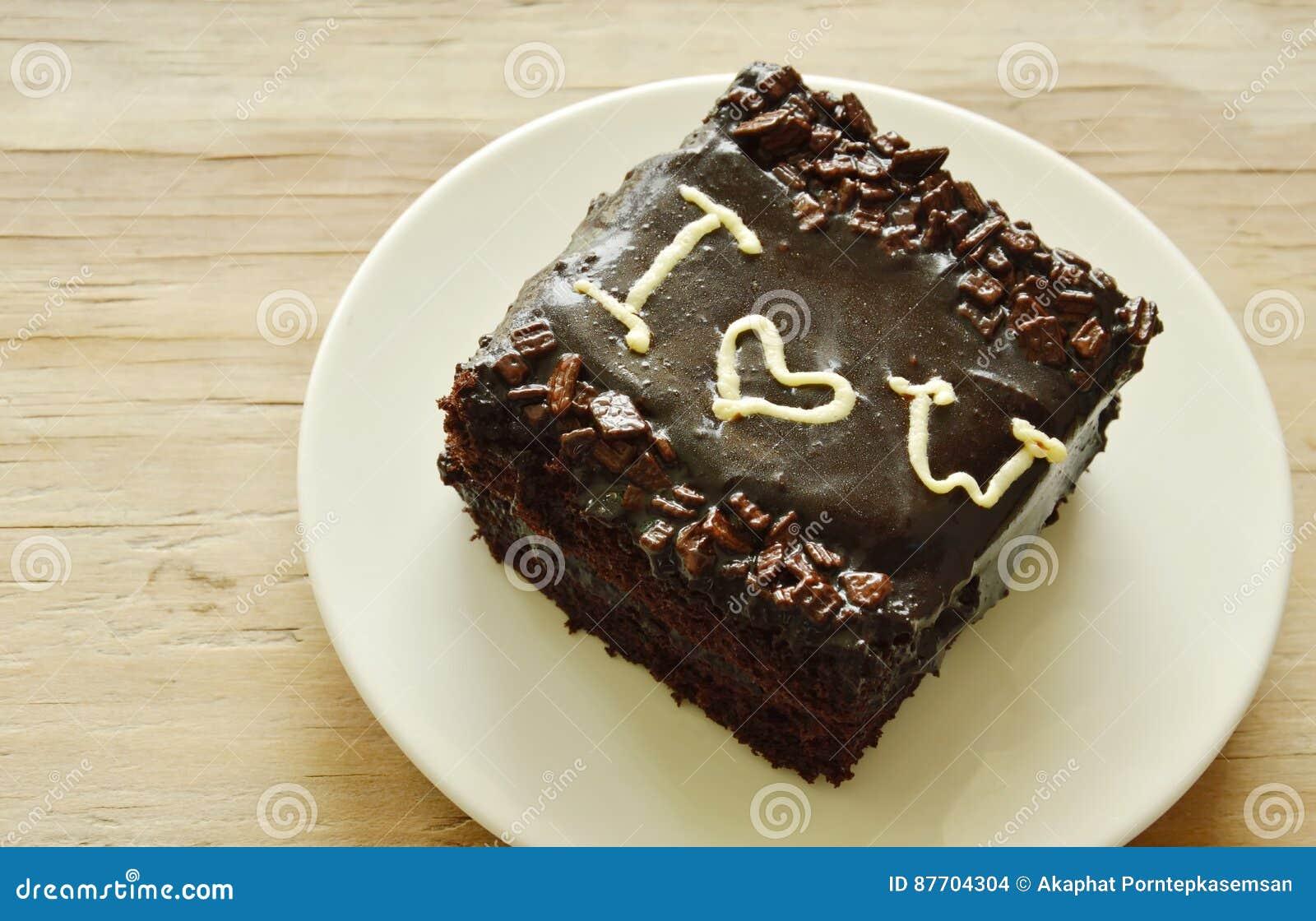 Le gâteau de beurre de chocolat décorent je t aime pour le Saint Valentin sur le plat