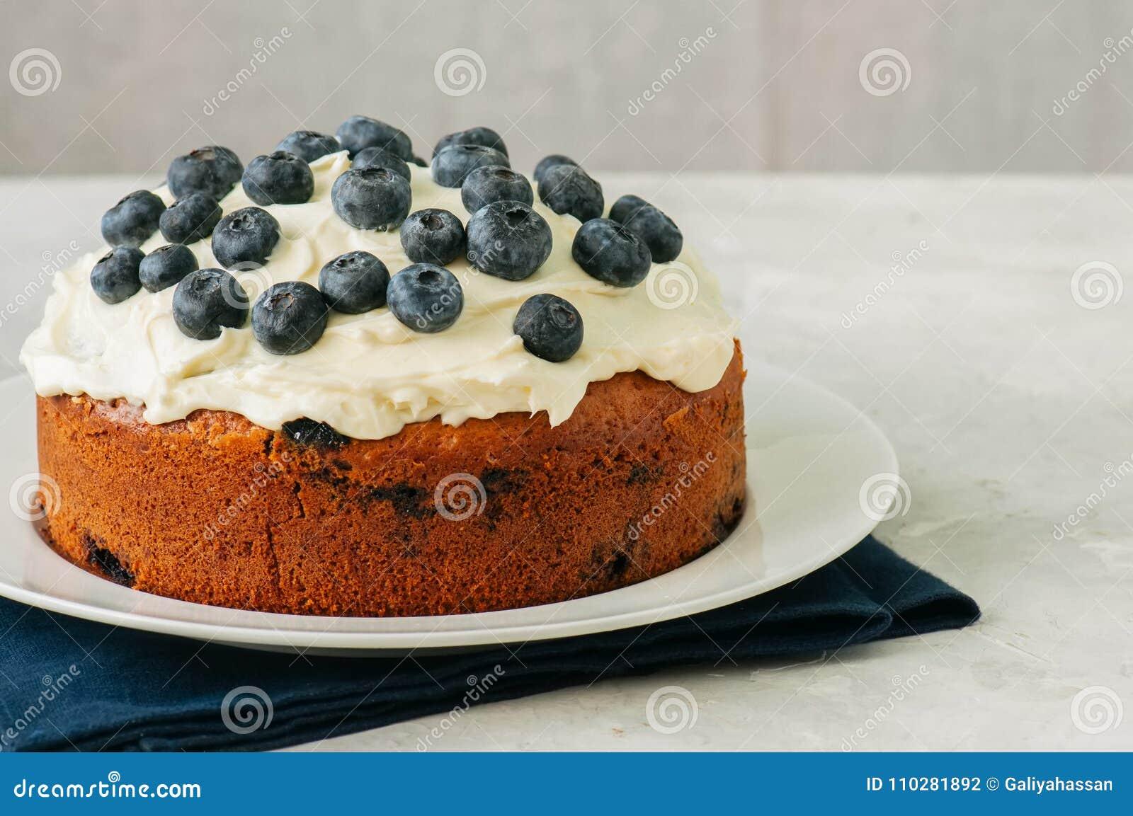 Le gâteau de myrtille de crème sure a servi d un plat sur un CCB blanc de pierre