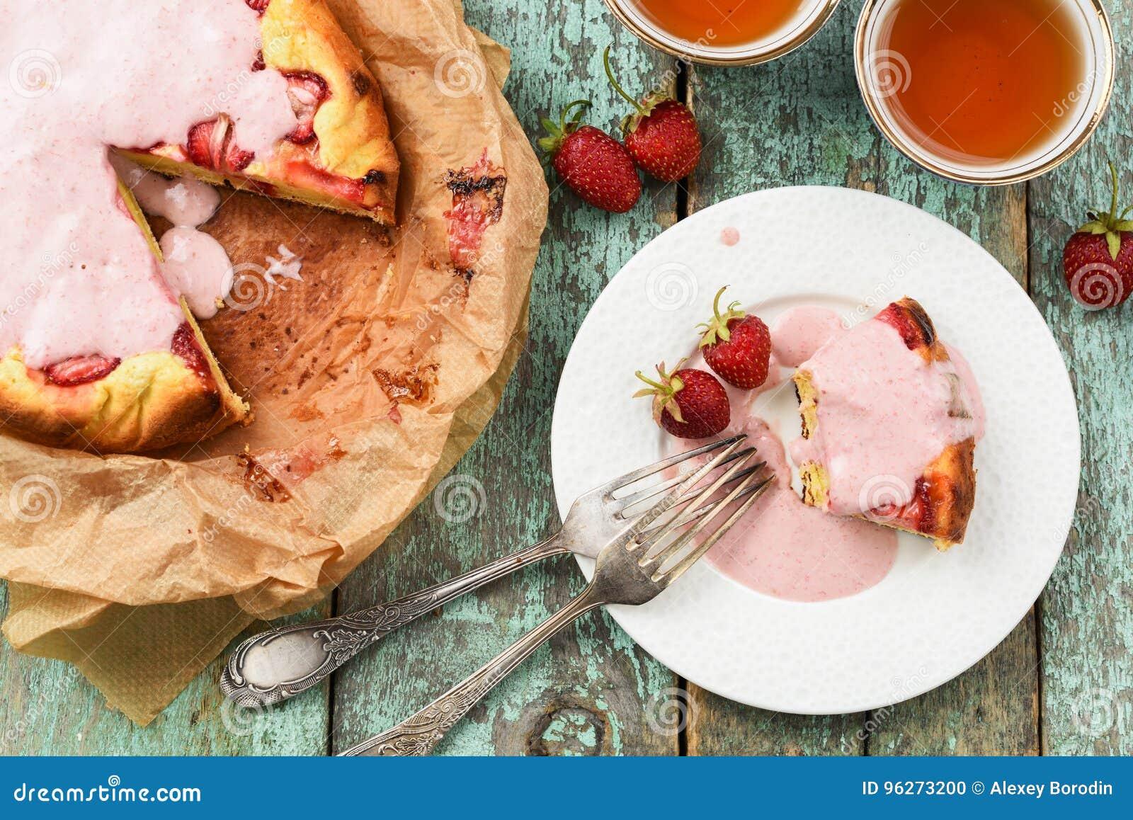 Le Gâteau Fait Maison De Fraise En Papier De Cuisson Avec Le Lustre