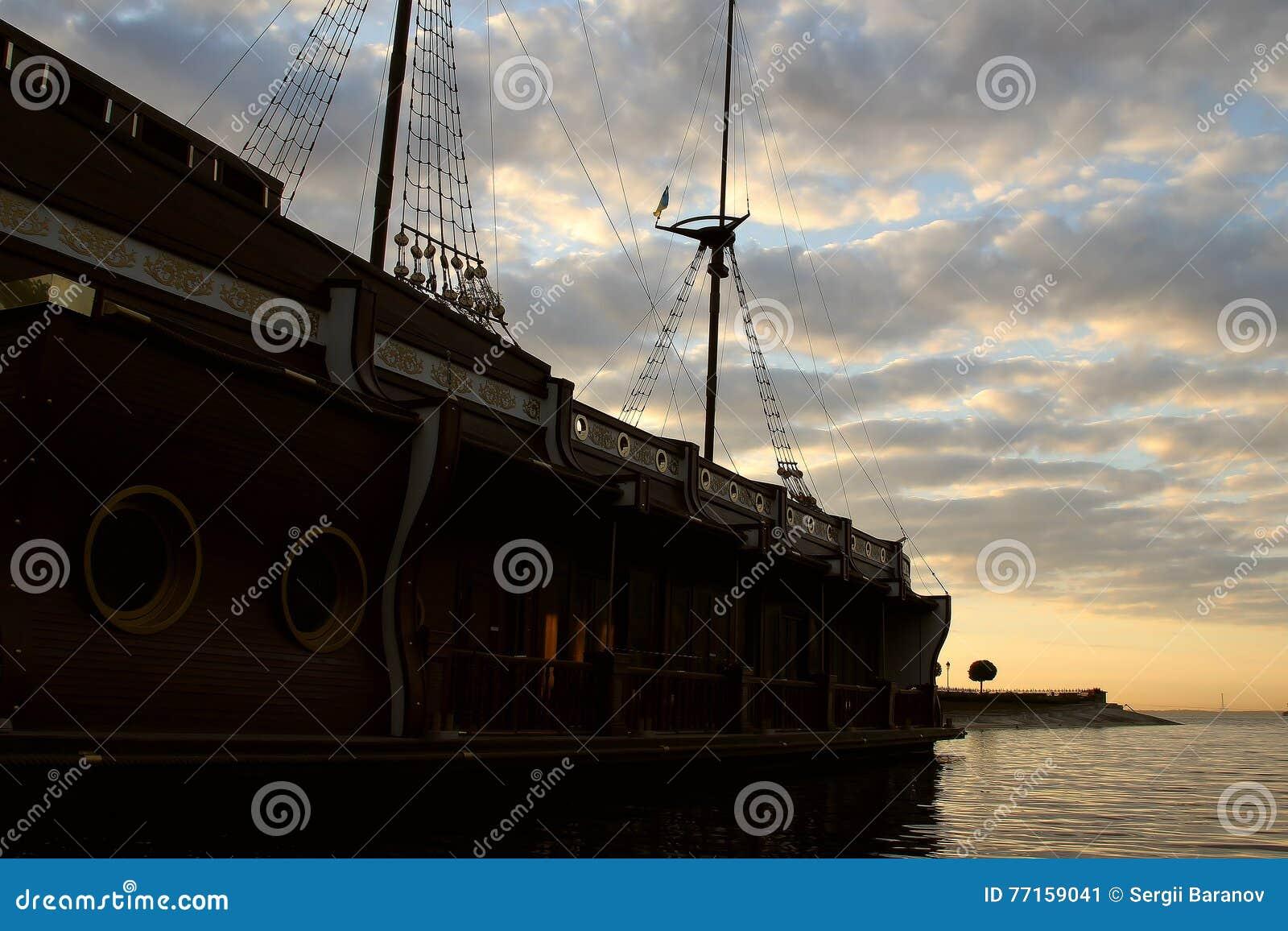 Le galion en bois de bateau a amarré en photos d actions de bord du quai