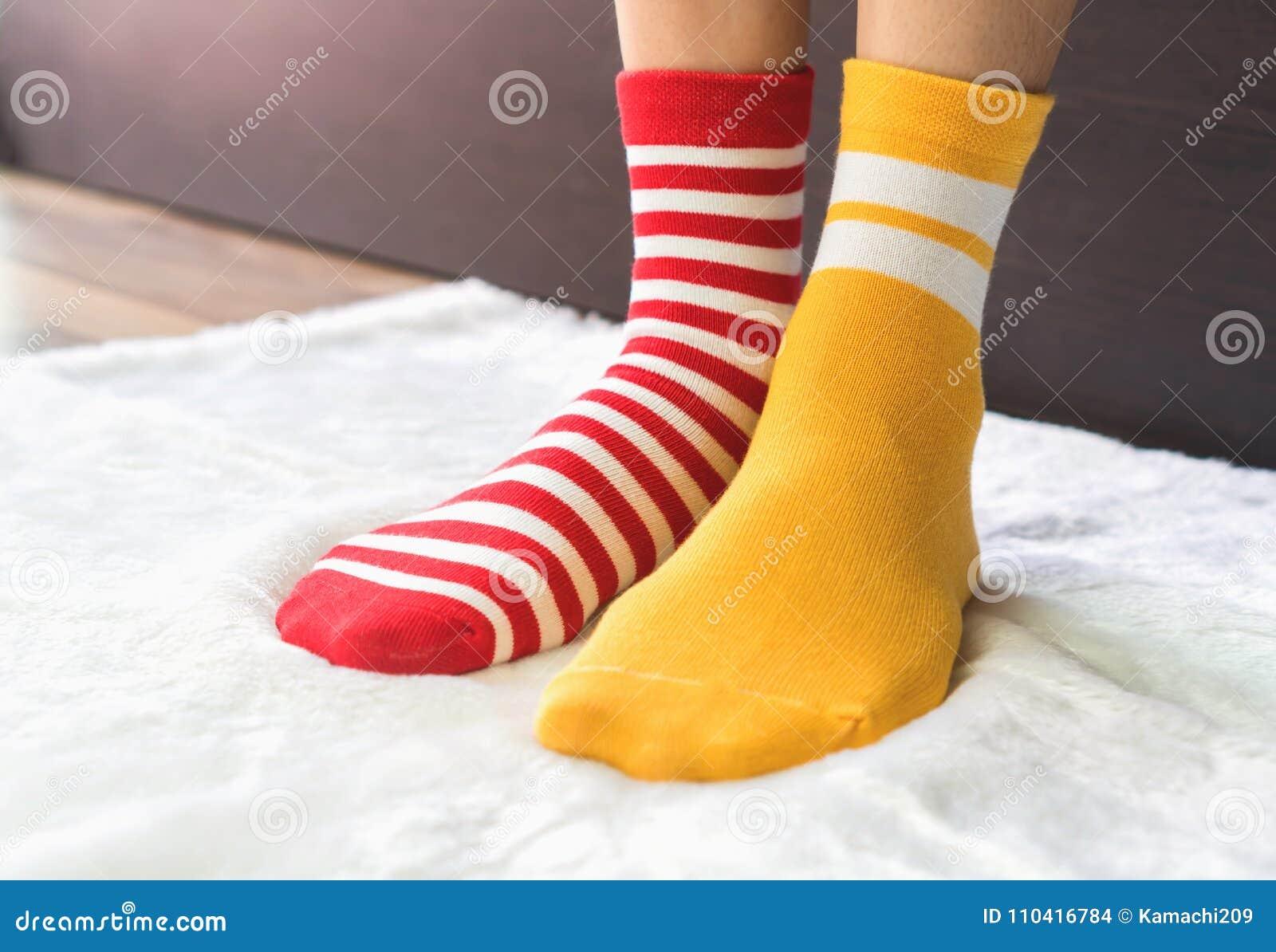 Pavimento Rosso E Bianco : Le gambe in calzini due colori alternano supporto laterale rosso