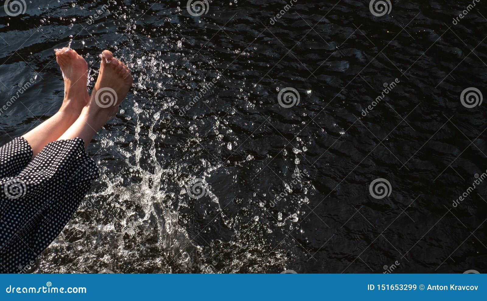 Le gambe delle donne gettano l acqua Spruzzata, umore di estate