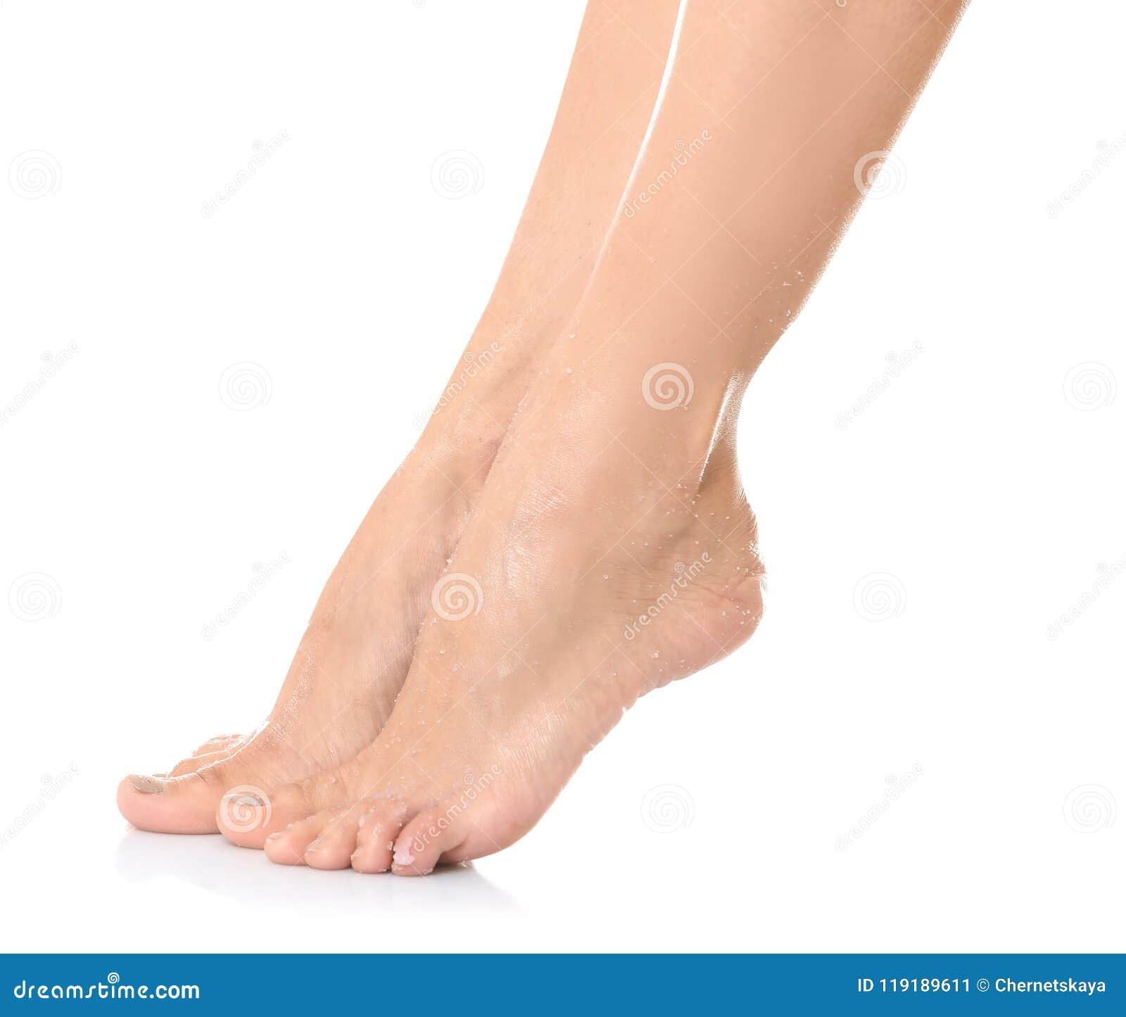 Le gambe femminili con naturale applicato sfregano