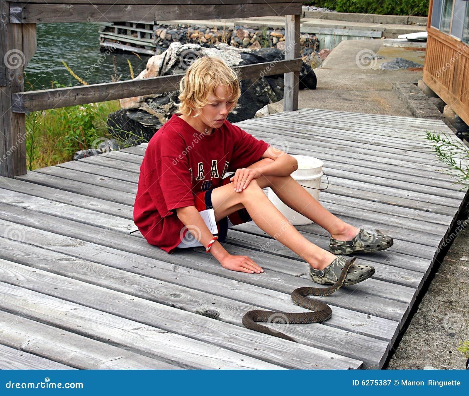 Le garçon contacte le serpent