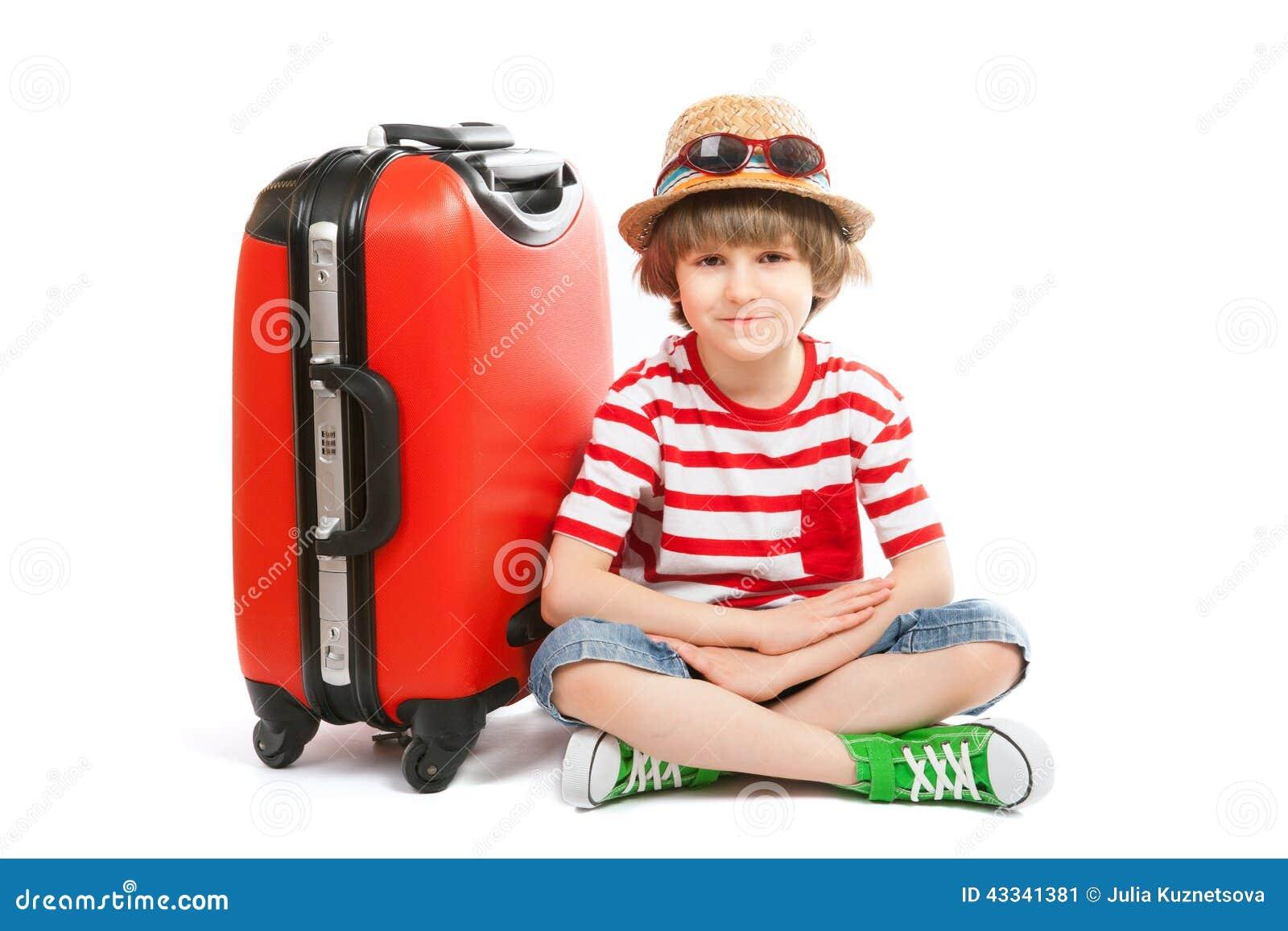 Le garçon d été s assied au tronc rouge