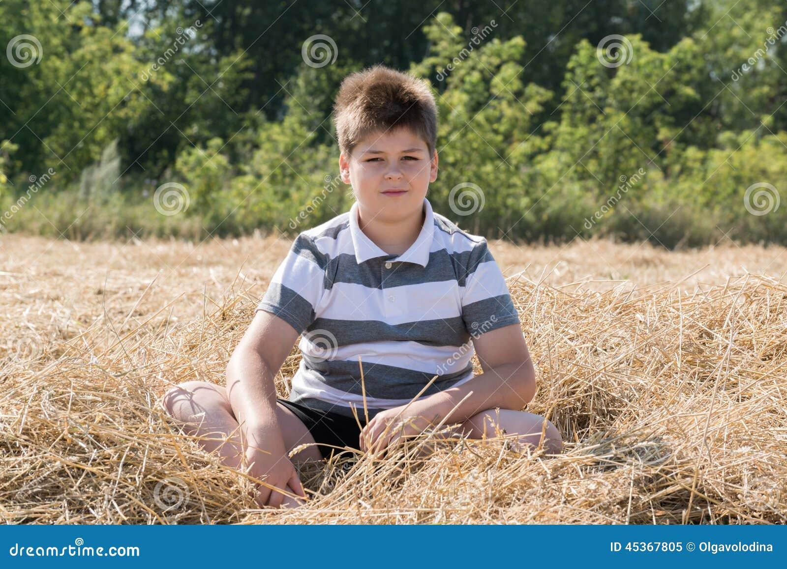 Le garçon dans le domaine d automne