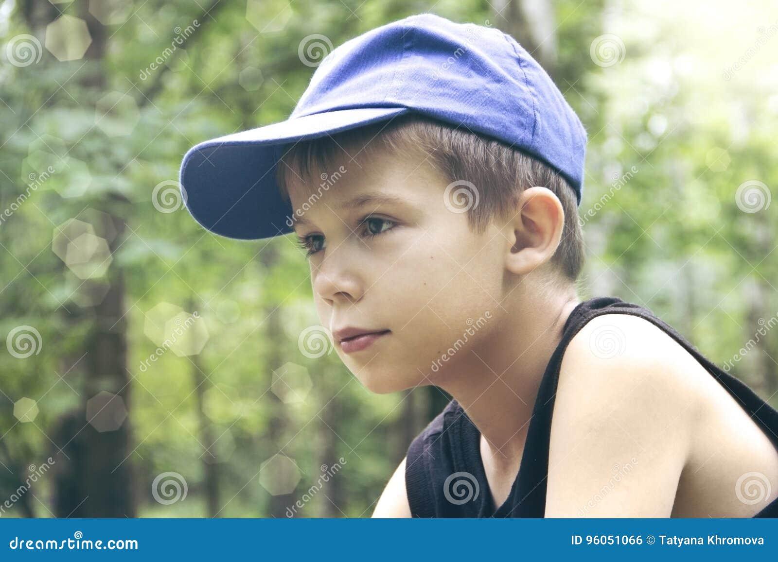 Le garçon dans un capuchon