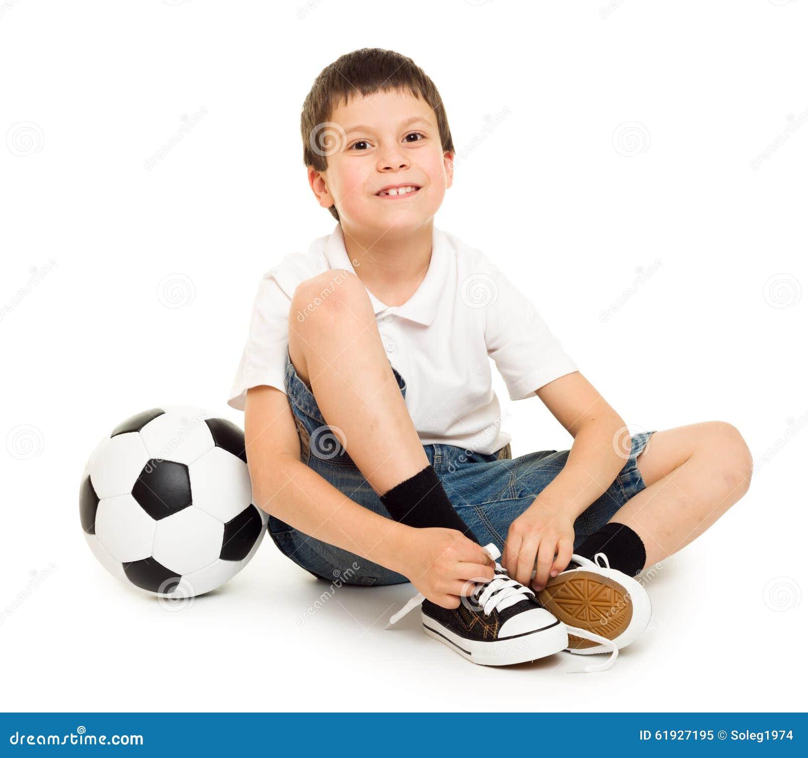 Le garçon du football avec le studio de boule a isolé le fond blanc