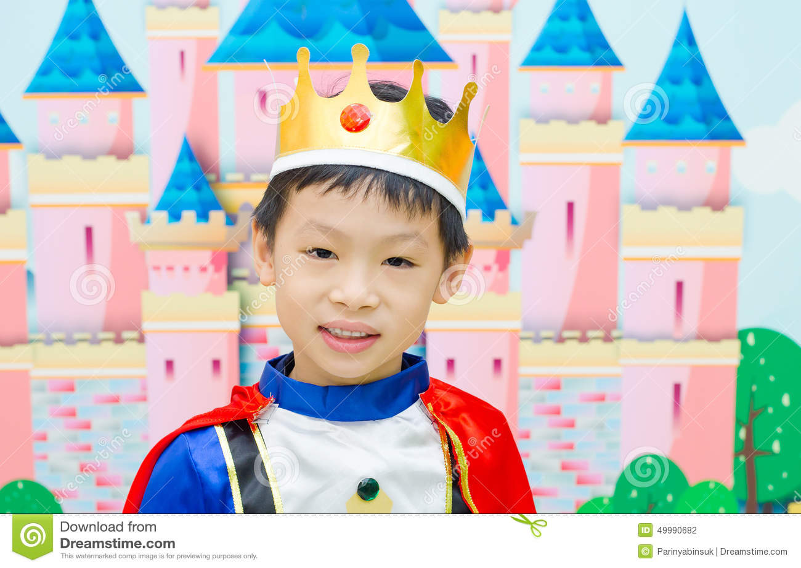 Le garçon est habillé dans le costume d un prince