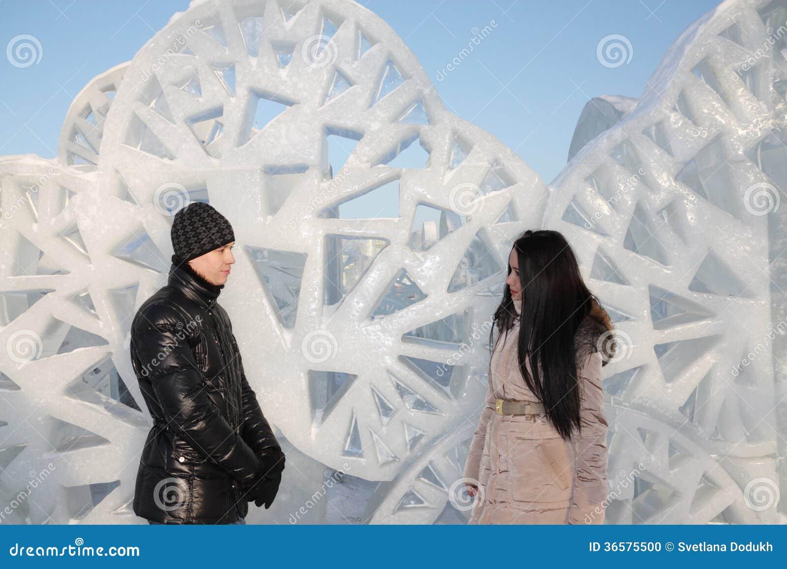 Le garçon et la fille tiennent le mur proche de glace avec les trous triangulaires