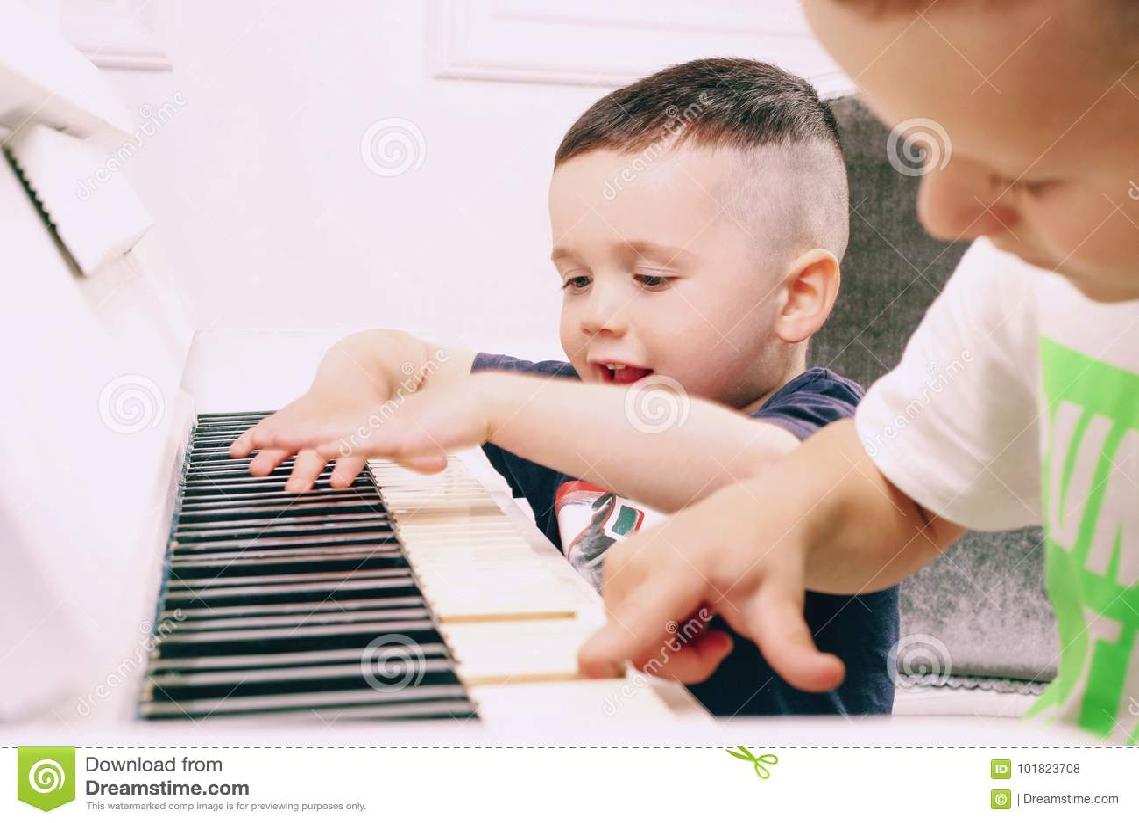 Le garçon joue le piano