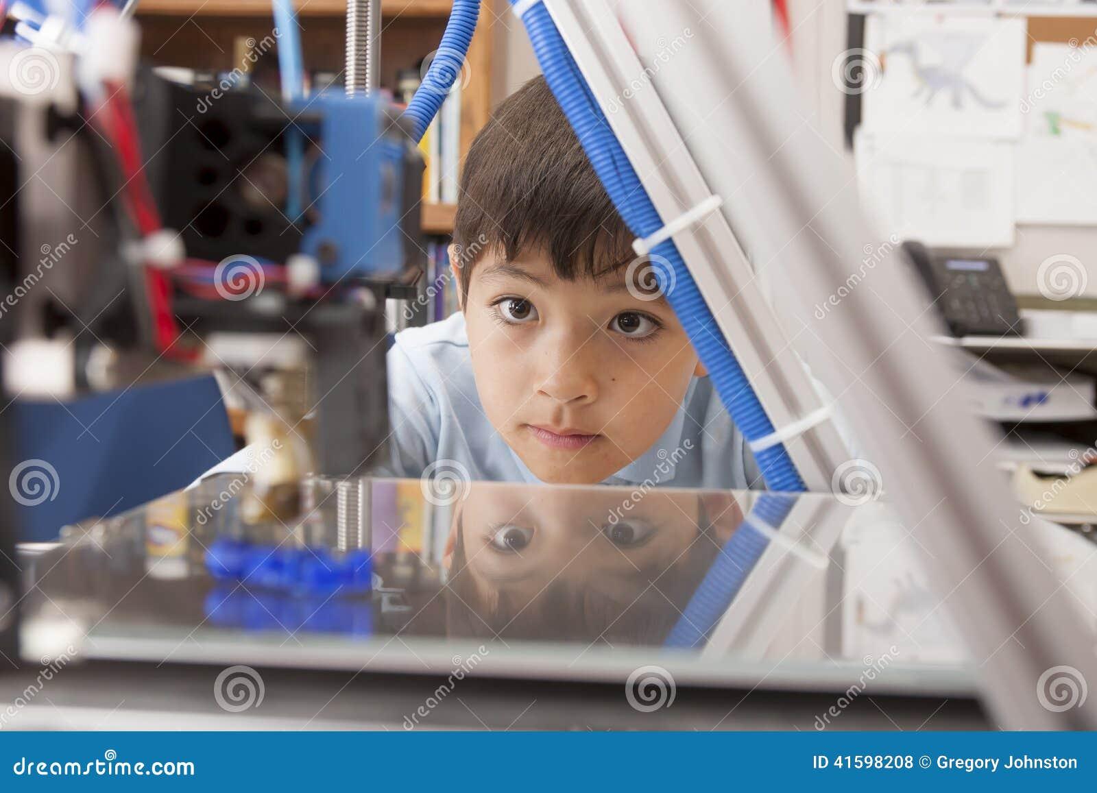 Le garçon observe la machine attentivement