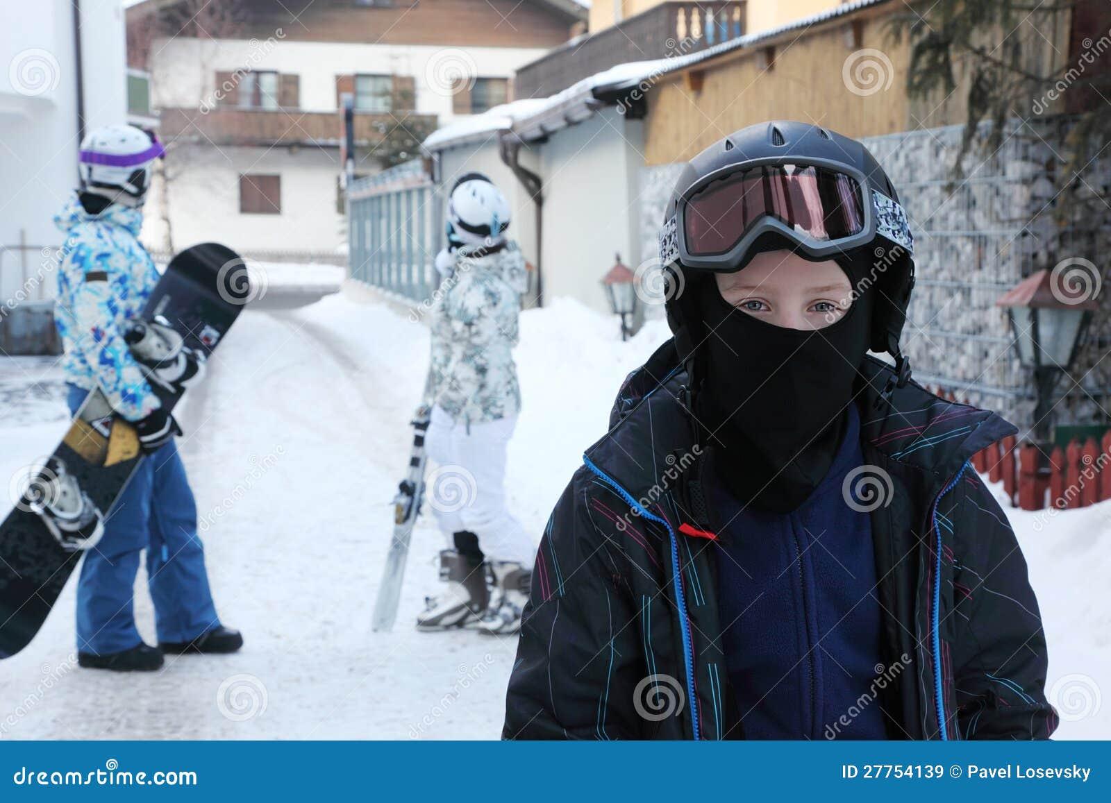 Le garçon reste dans le village. Ses parents sont derrière