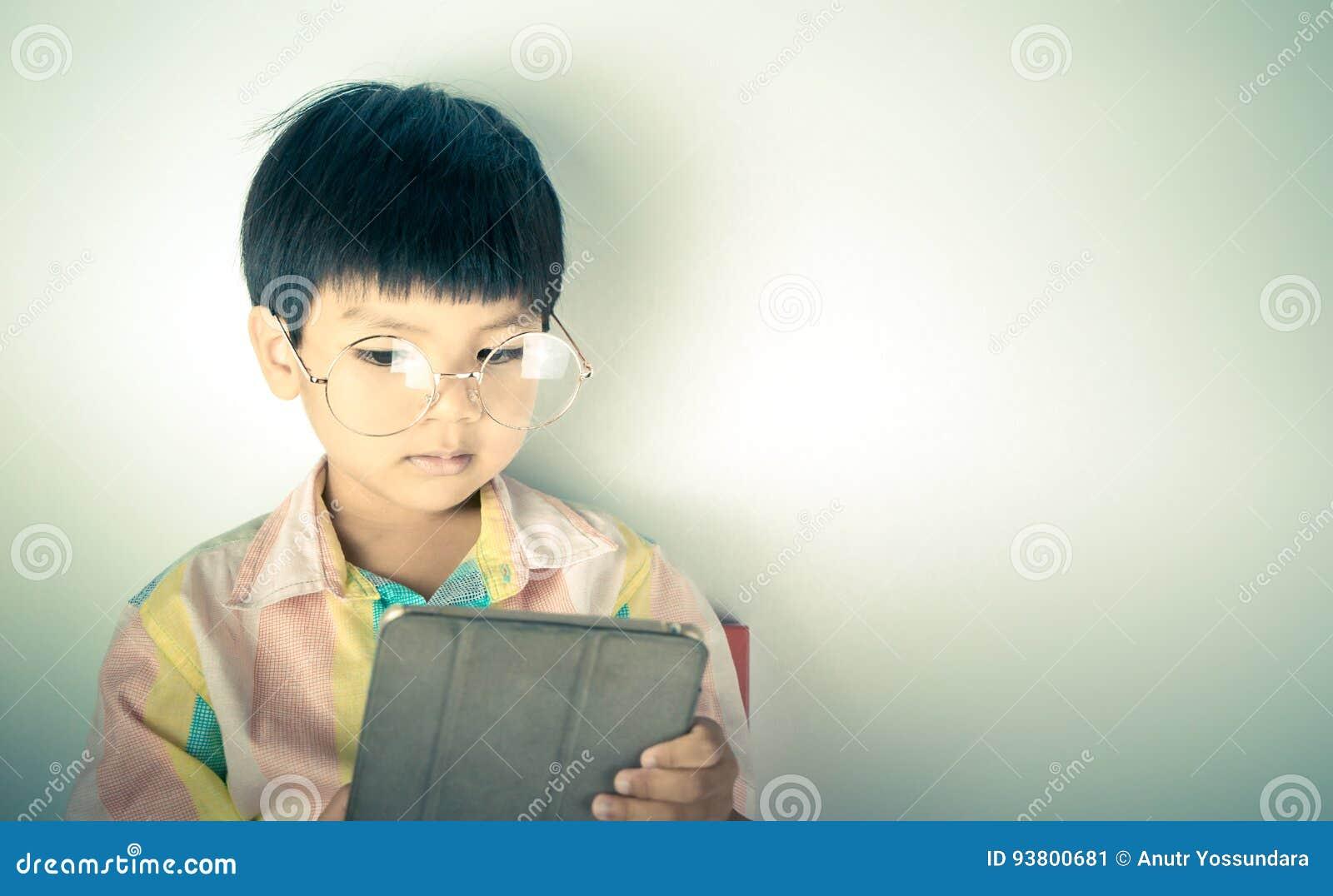 Le garçon ringard de génie utilise la Tablette