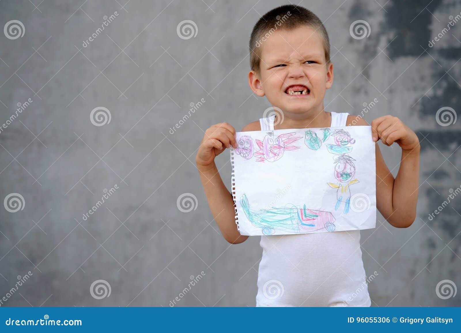 Le garçon supérieur dans une famille nombreuse va à l école et montre ses dessins et