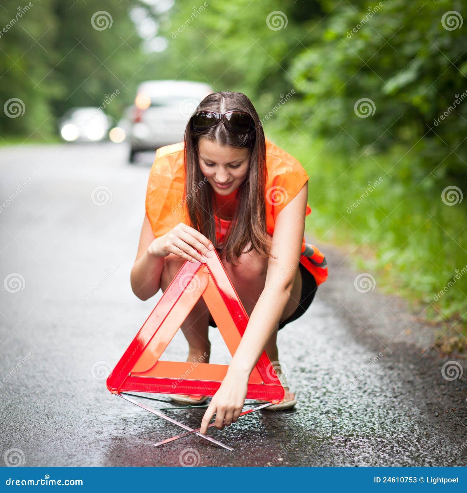 Le gestionnaire femelle après son véhicule a décomposé
